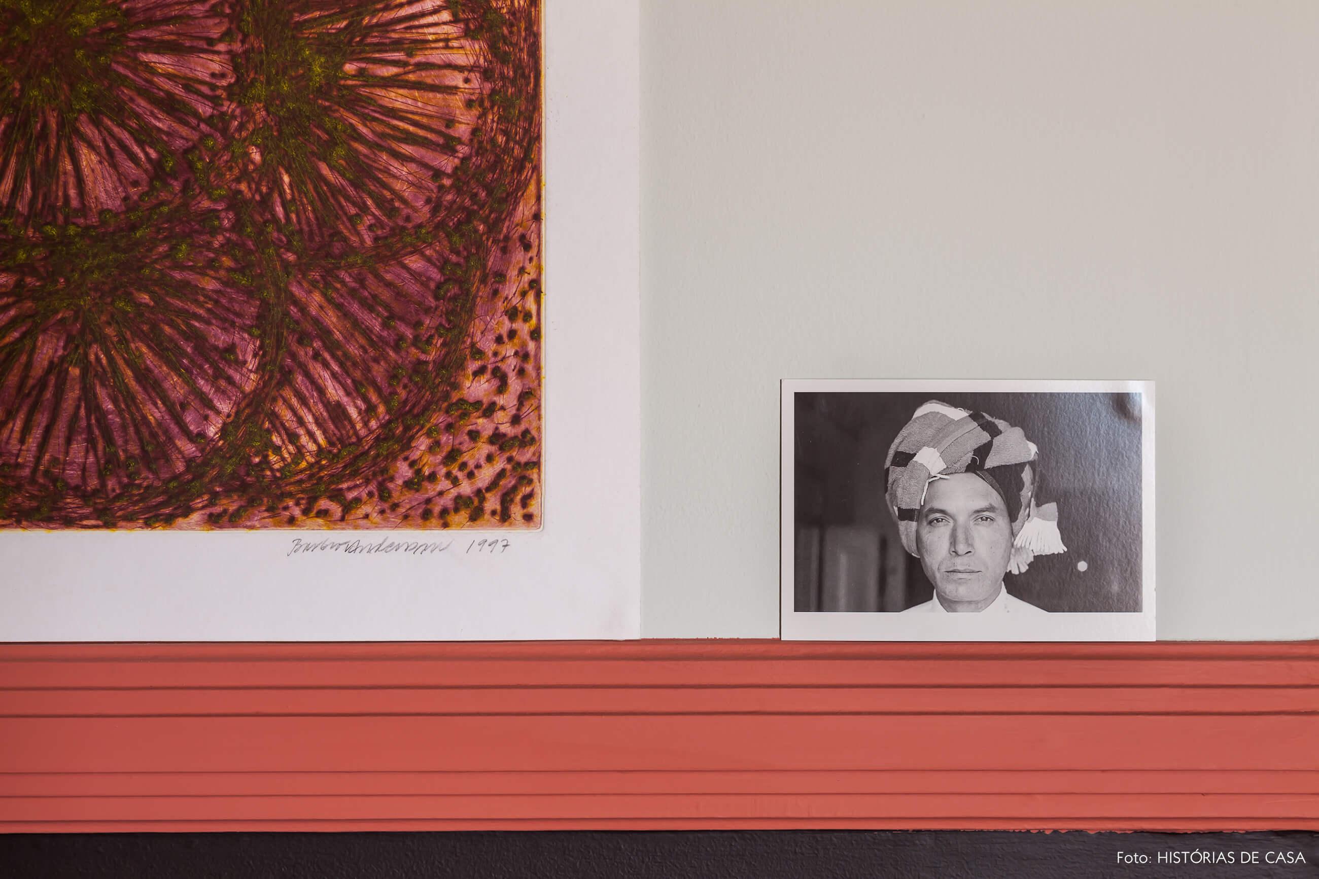 Decoração parede preta e vermelha com fotos e quadro