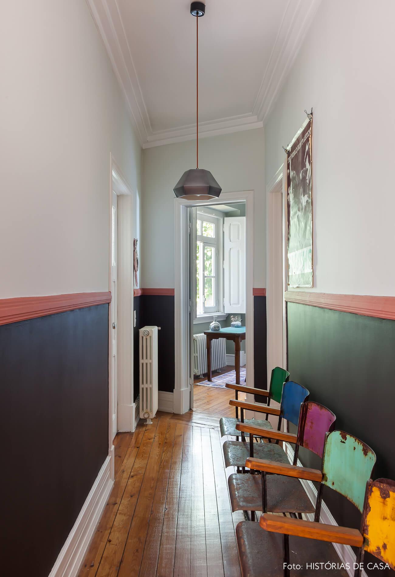 Decoração corredor cadeiras coloridas e meia parede preta