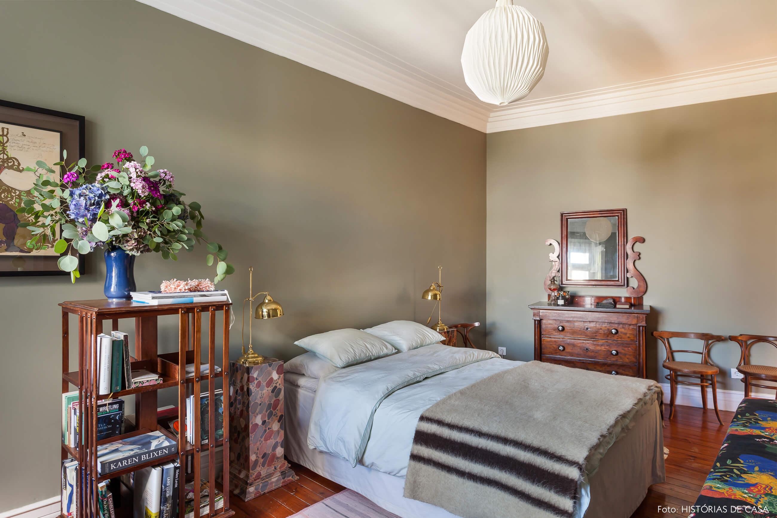 Ap decoração quarto com parede verde e móveis de madeira