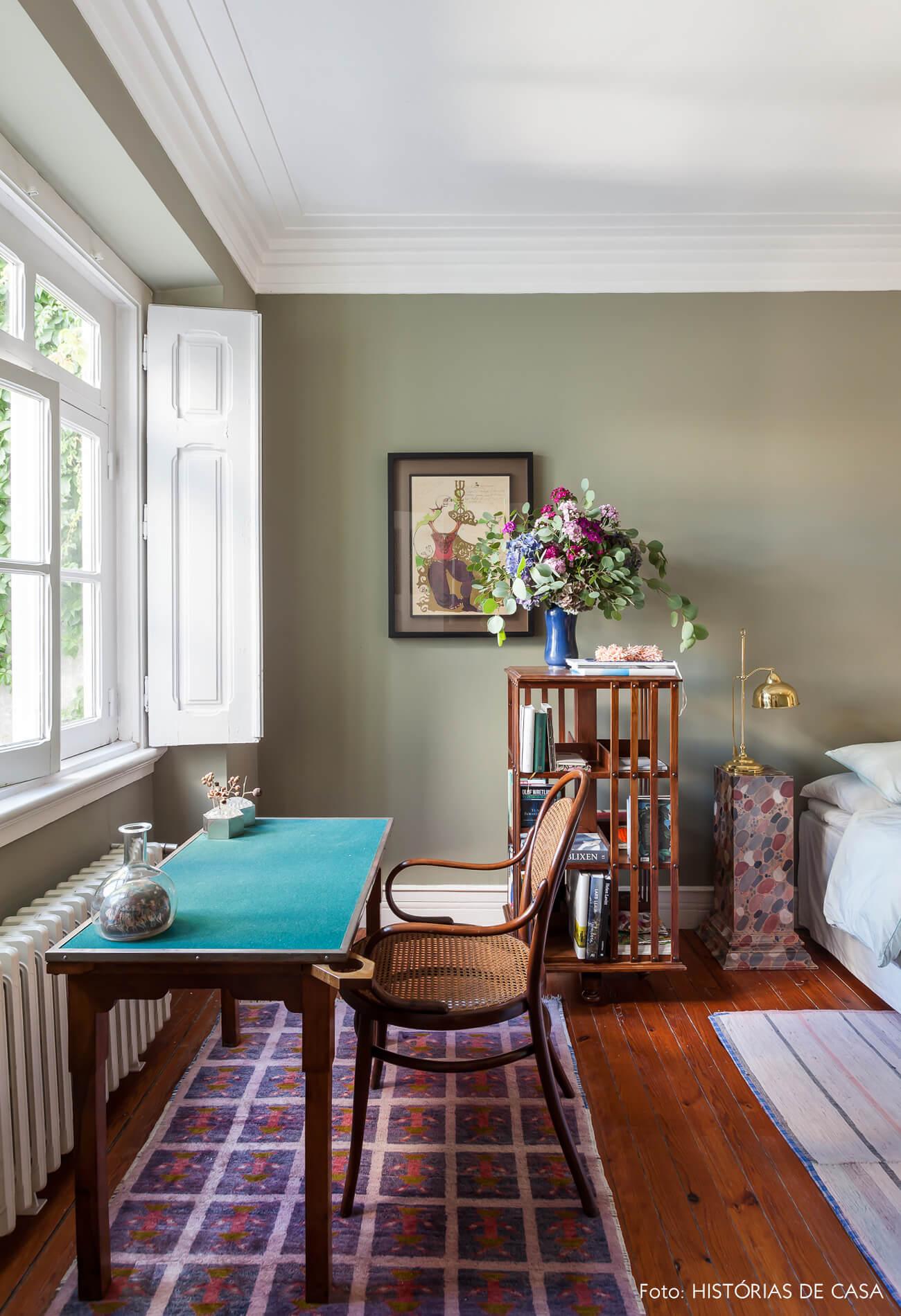 Ap decoração quarto com parede verde e tapete estampado com móveis de madeira