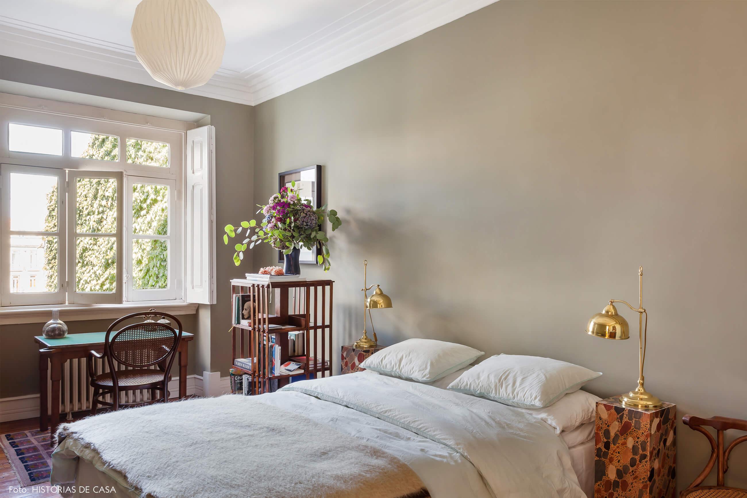 Ap decoração quarto com parede bege e cama branca