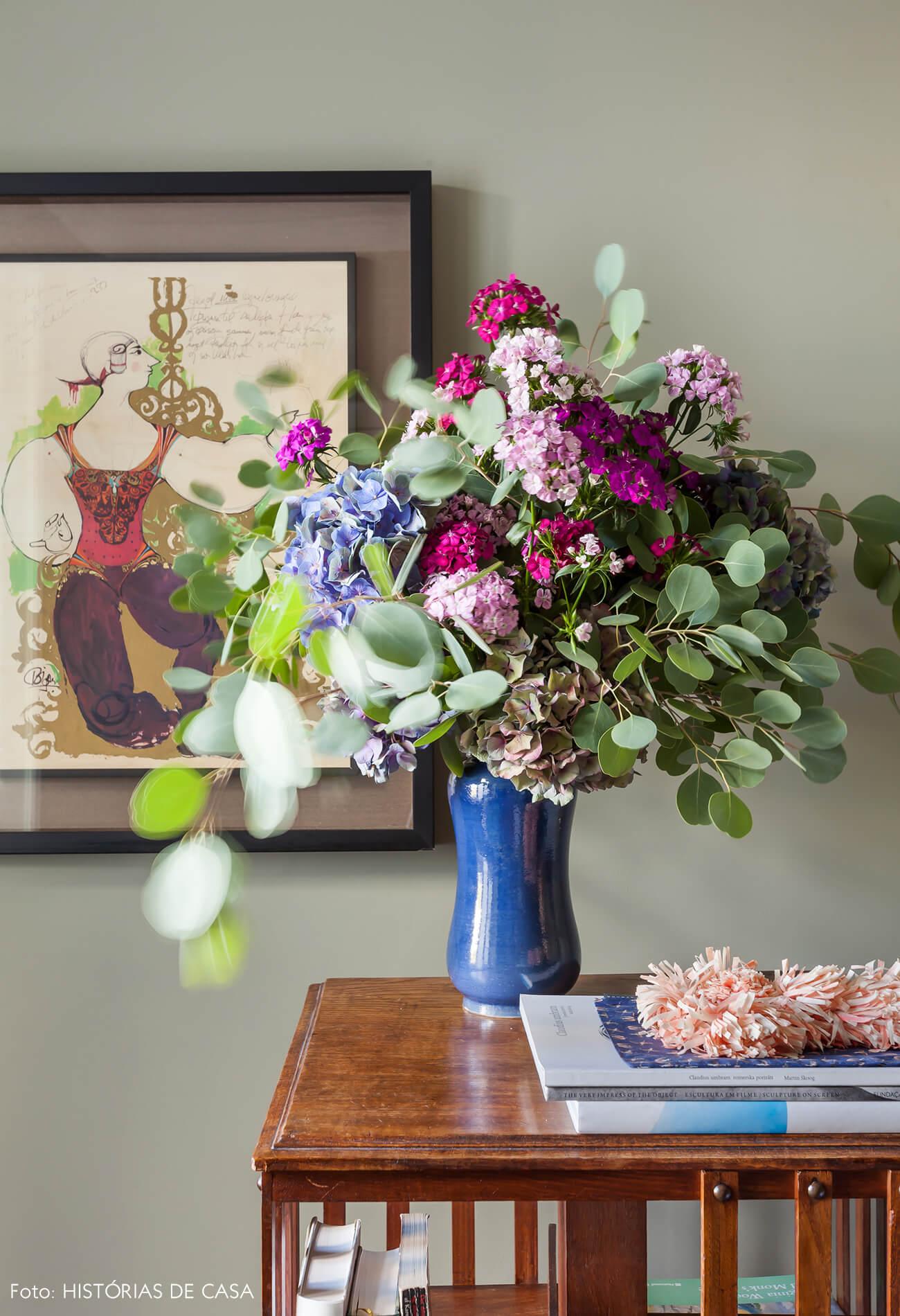 Ap decoração detalhe de vaso e parede verde com quadros