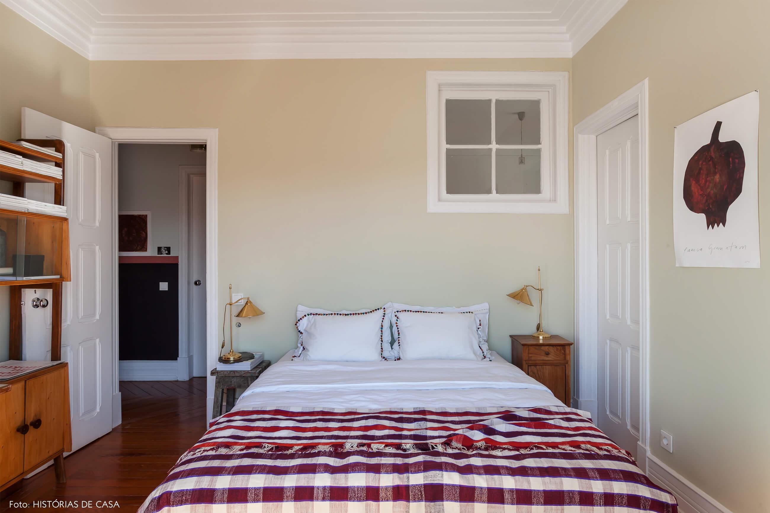 Ap decoração com cama com lençol vermelho parede bege
