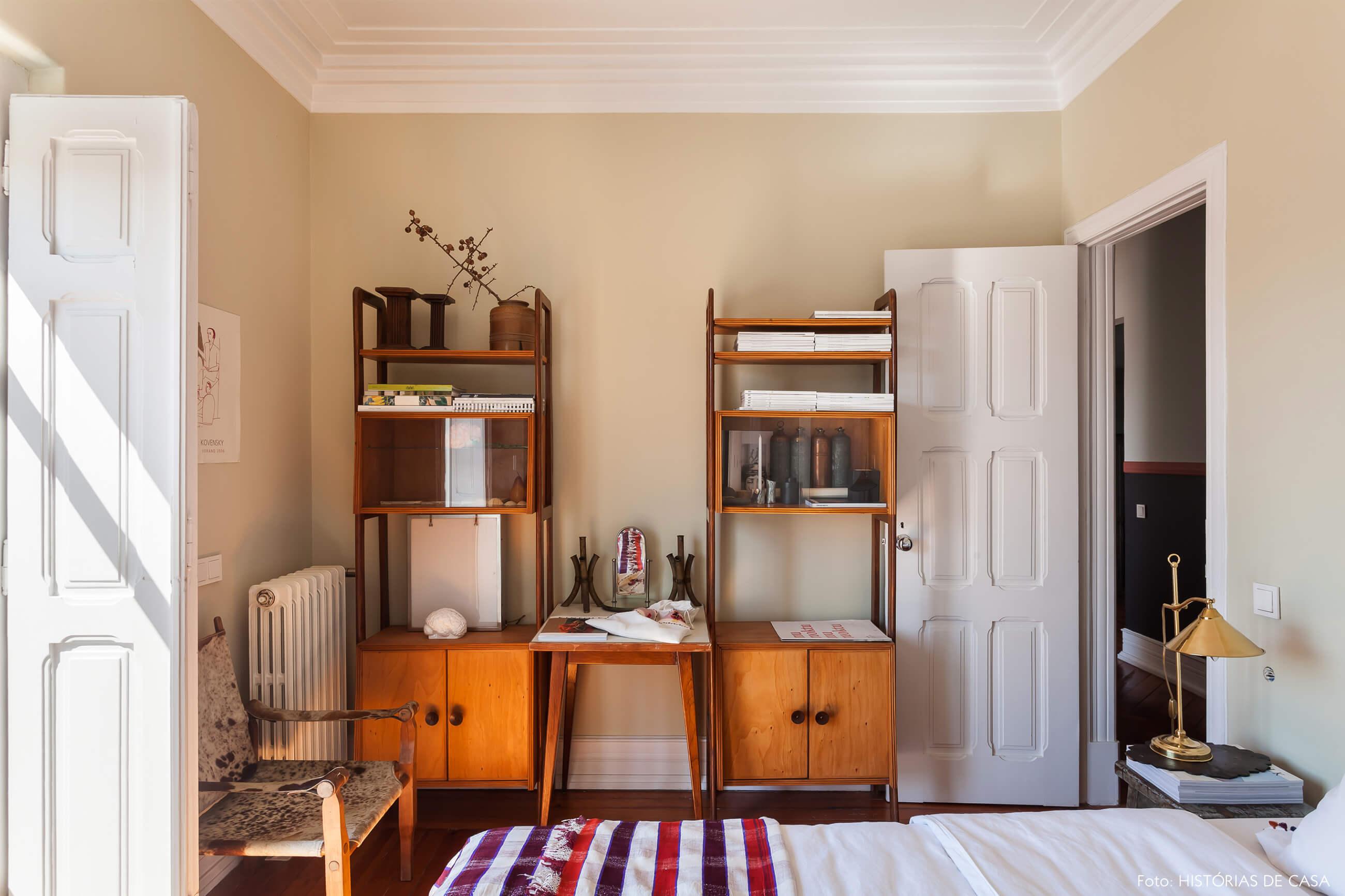 Ap decoração com estantes de madeira e parede bege