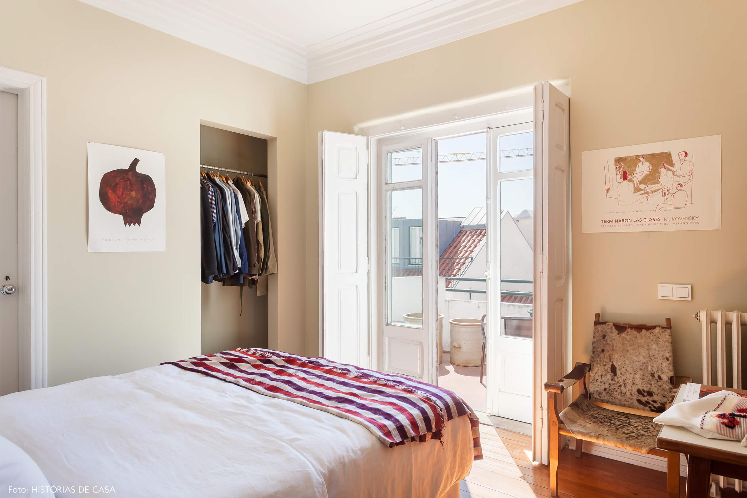 Ap decoração com parede bege e cama com lençol vermelho