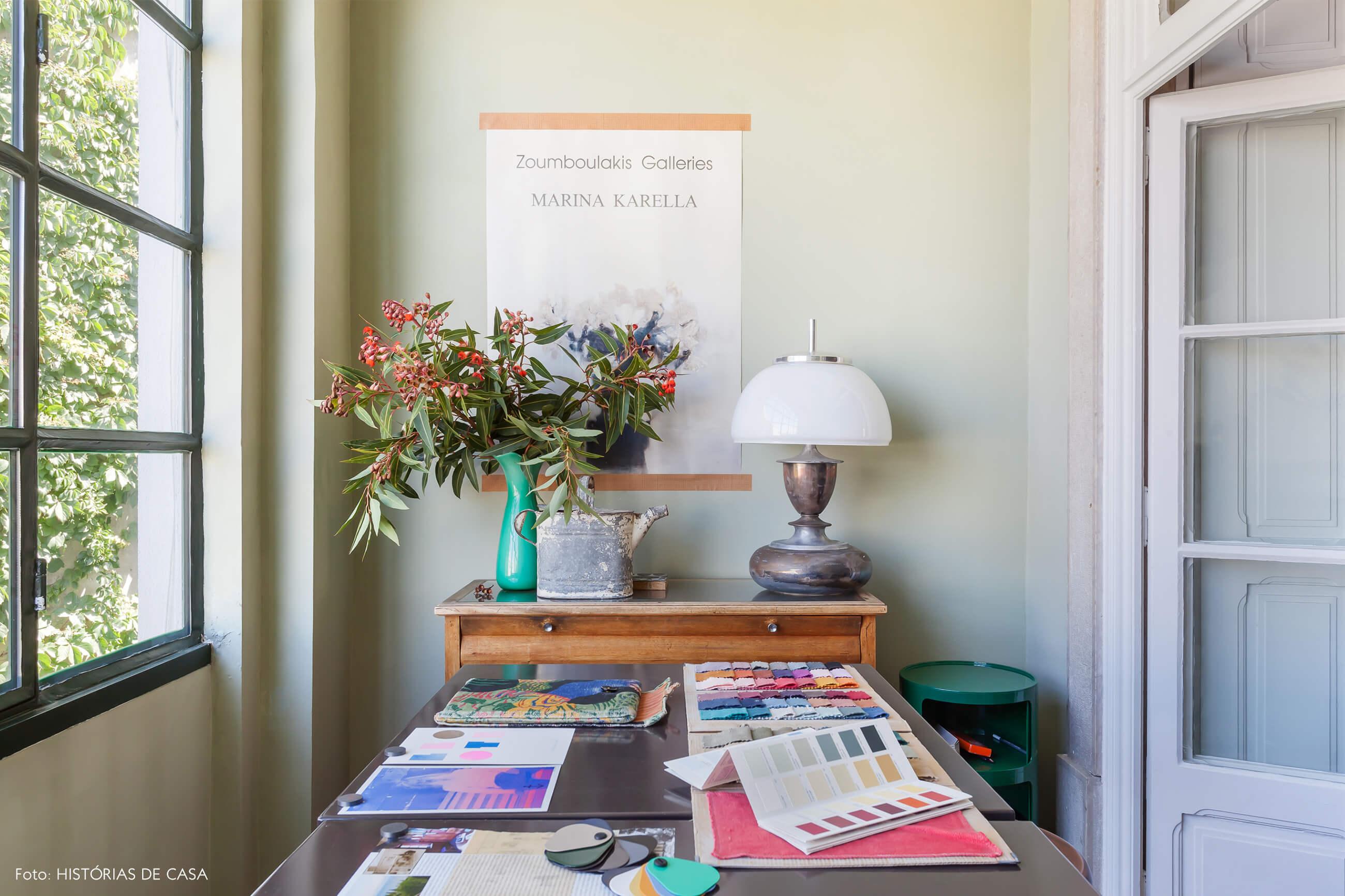 Ap decoração home office verde com mesa madeira e vaso verde