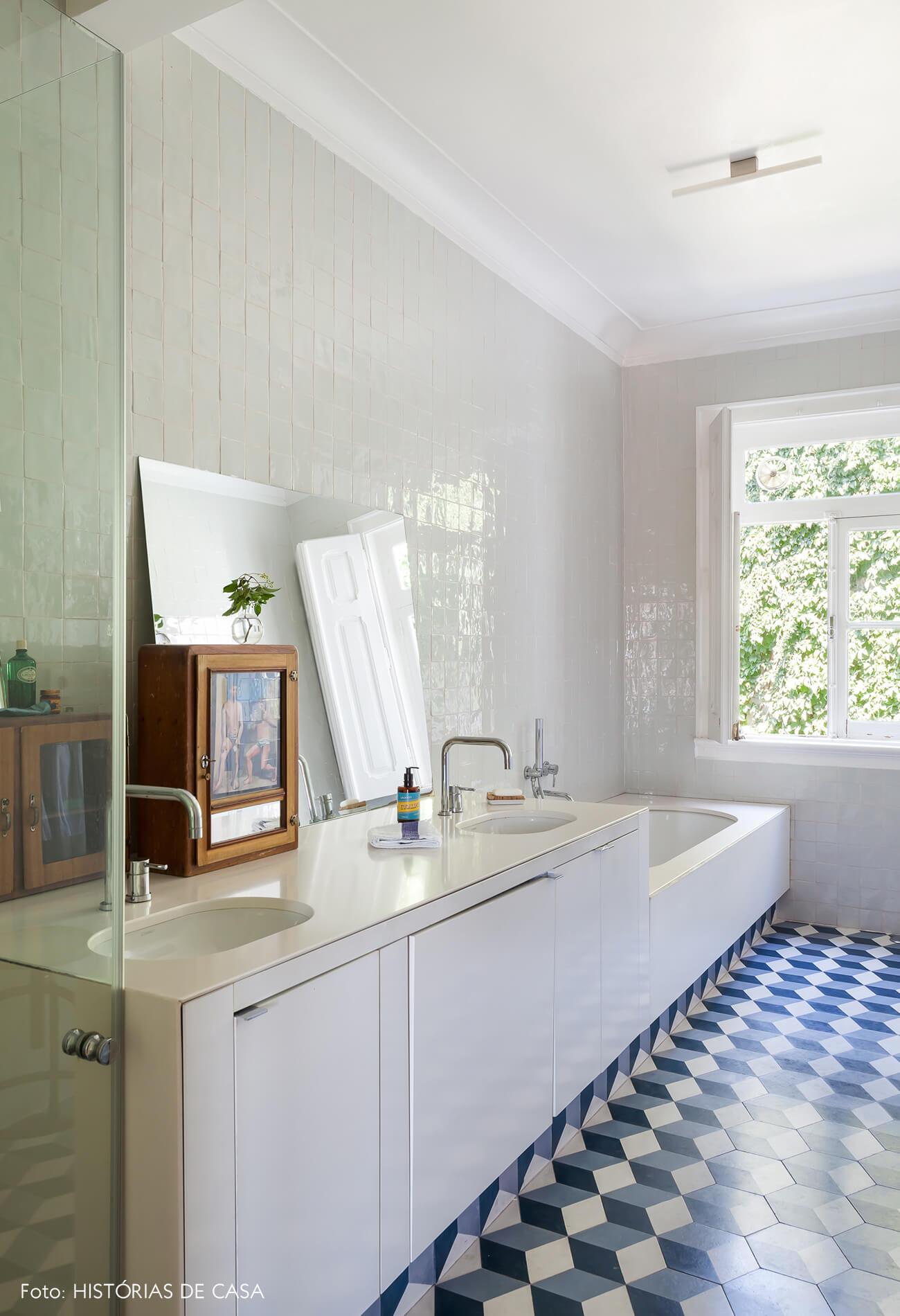 Ap decoração banheiro piso azul parede branca