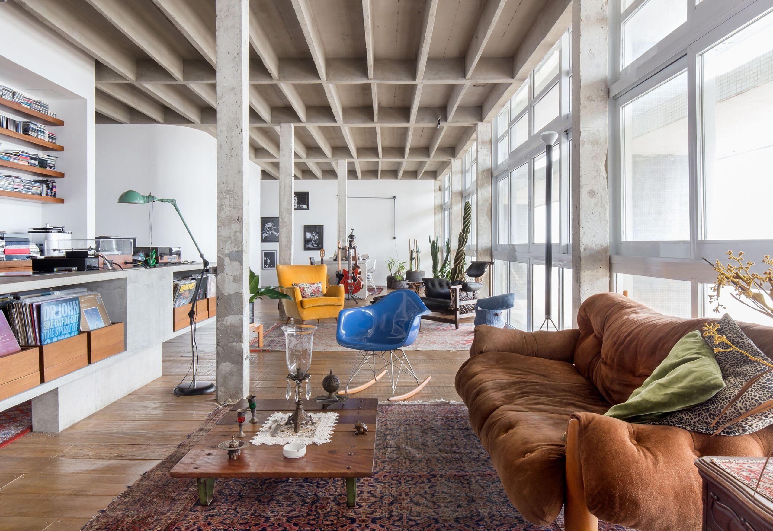 copan decoração sofá sérgio rodrigues colunas de concreto tapete estampado cadeiras coloridas