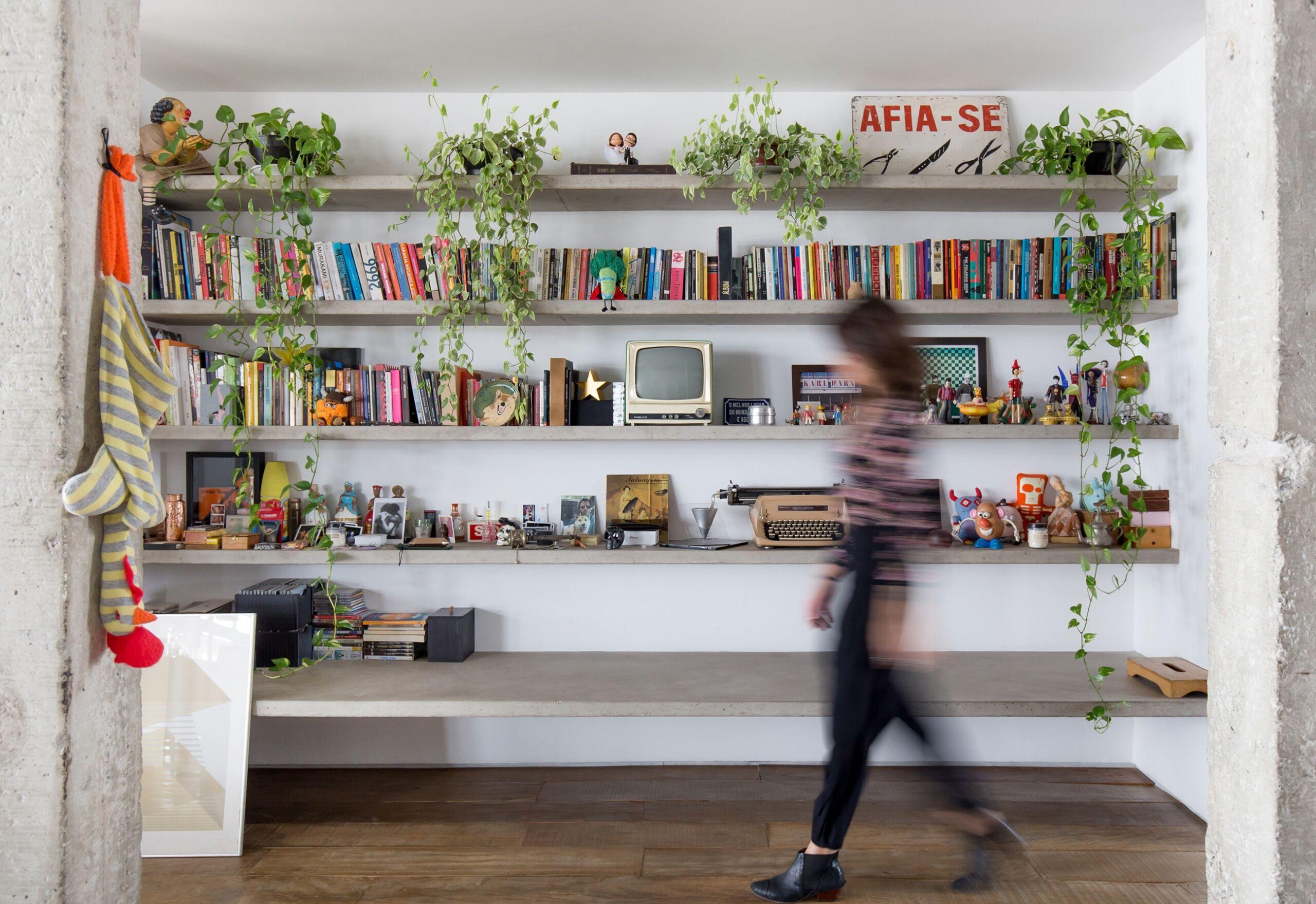 decoração copan colunas concreto e estantes de concreto com parede brancas e plantas
