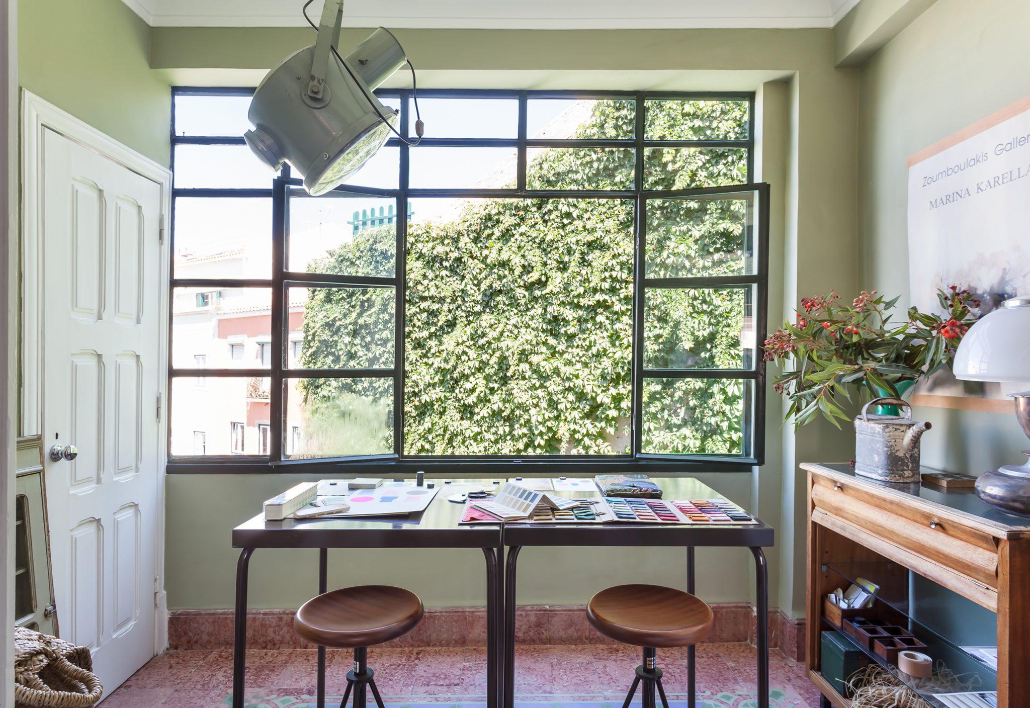 Ap decoração home office verde janela grande