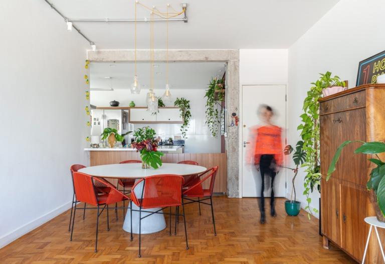 Apto Sala e Cozinha Chão Madeira e cadeiras vermelhas