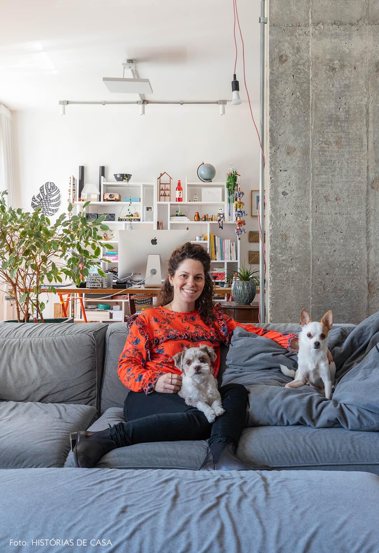Retrato Ana com cachorros no sofá azul
