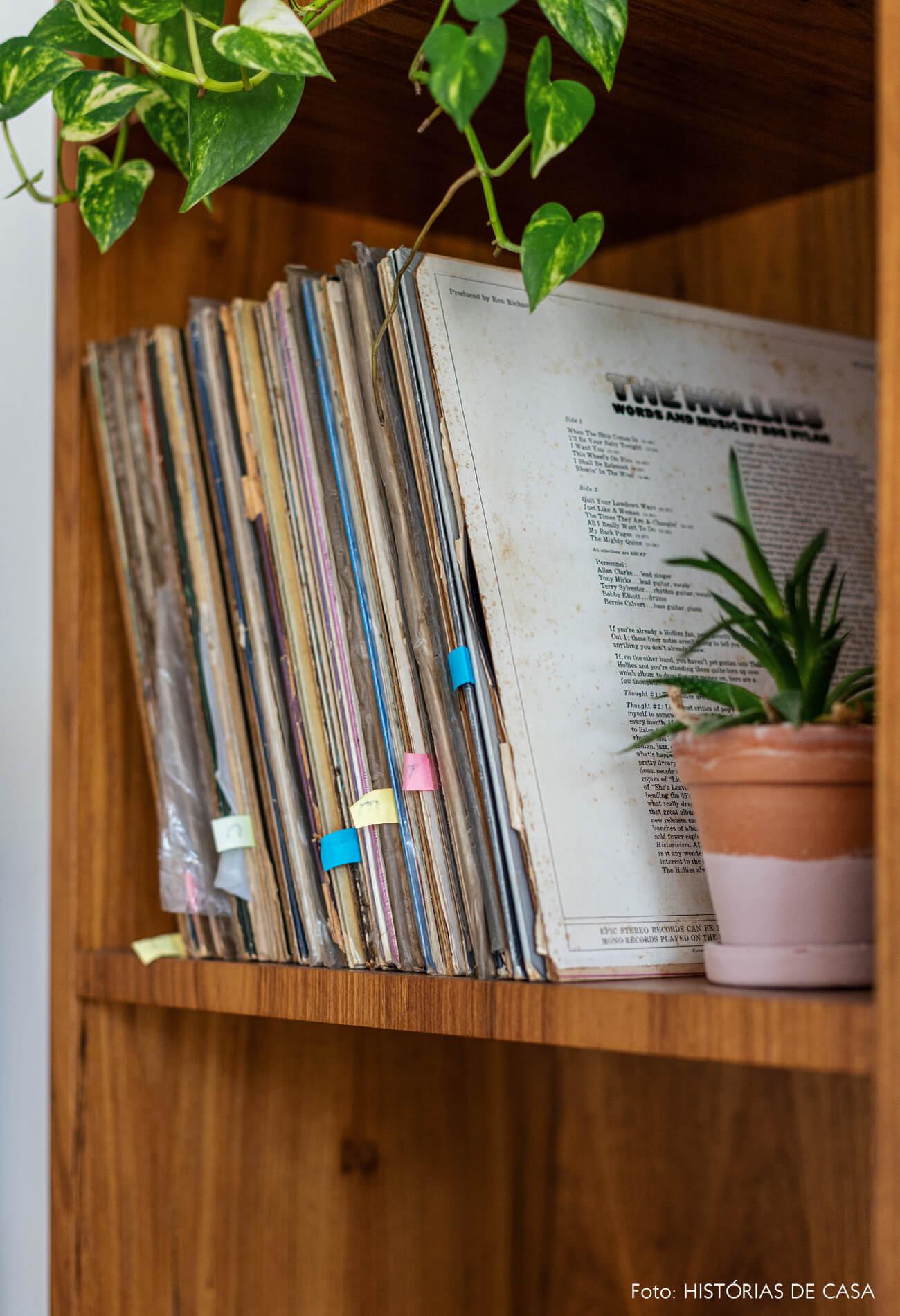 Estante madeira com vinil e plantas