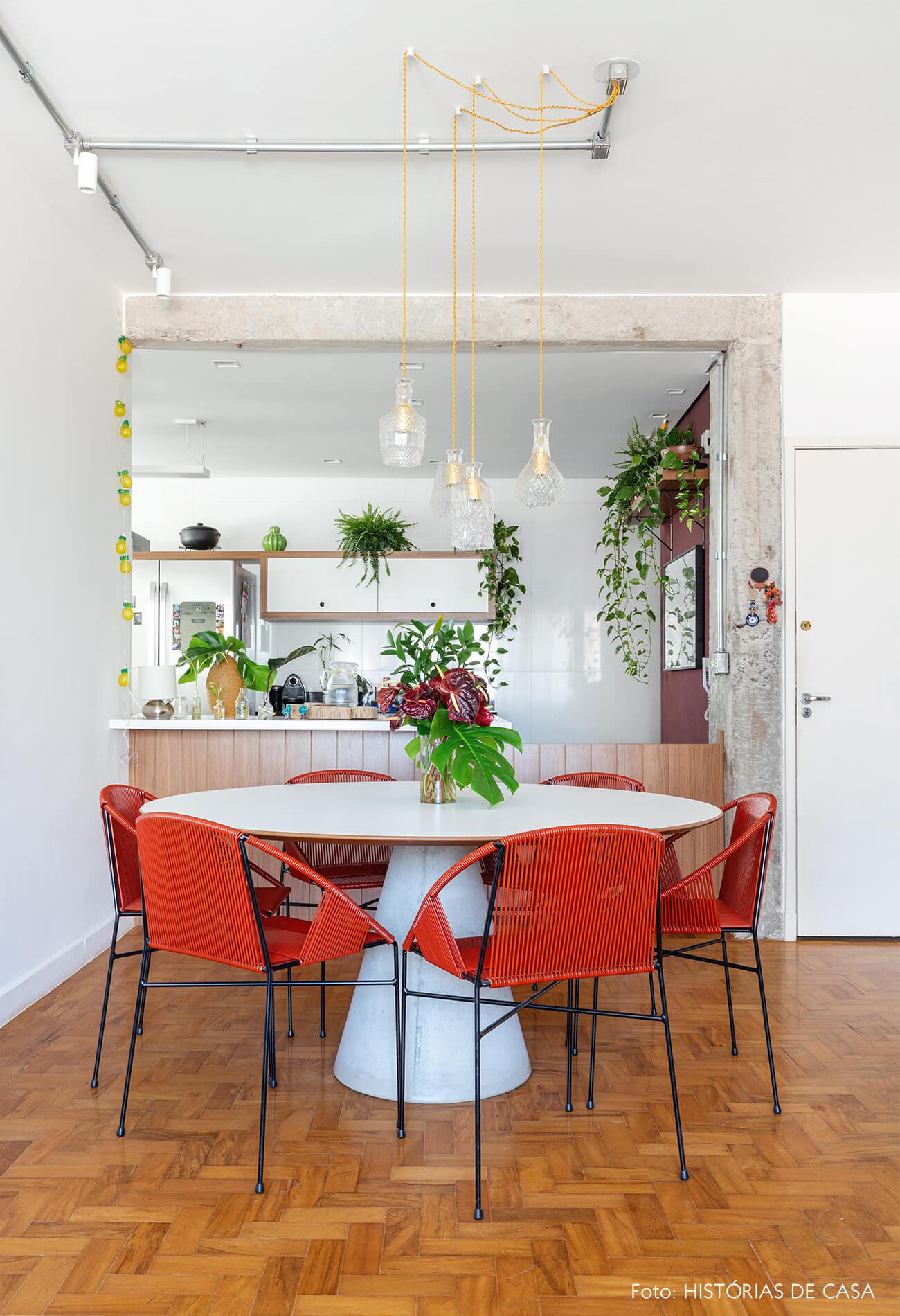 Sala jantar chão madeira e cadeiras vermelhas