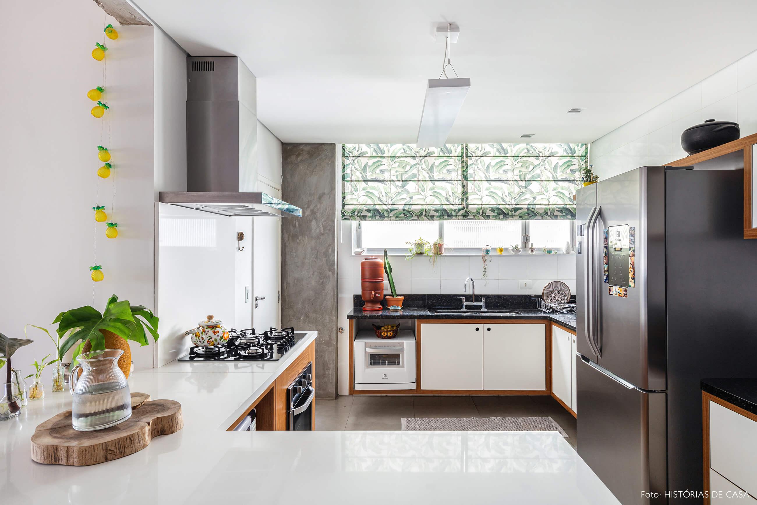 Cozinha com cortina estampada verde
