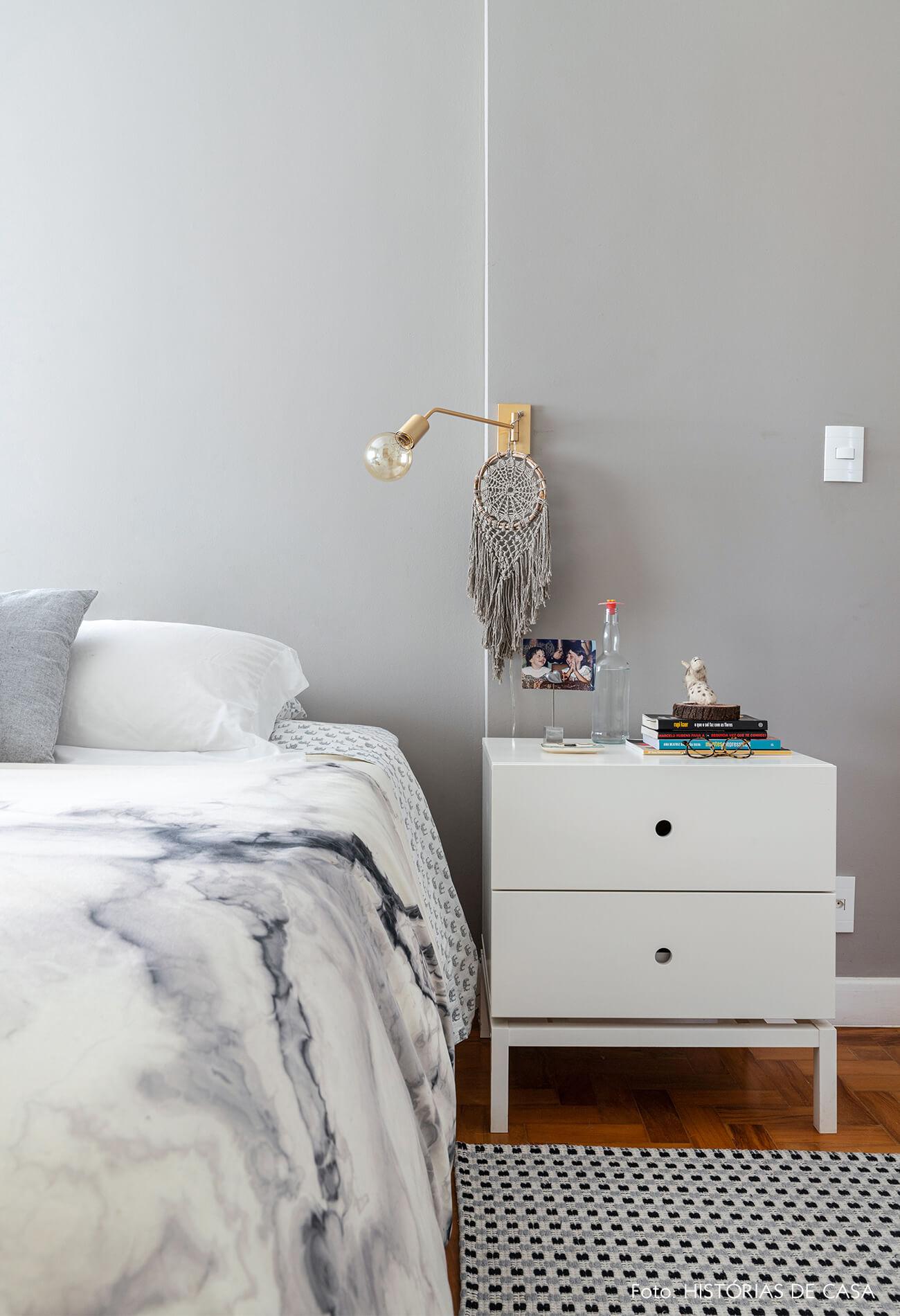 Quarto com parede cinza e tapete branco e azul