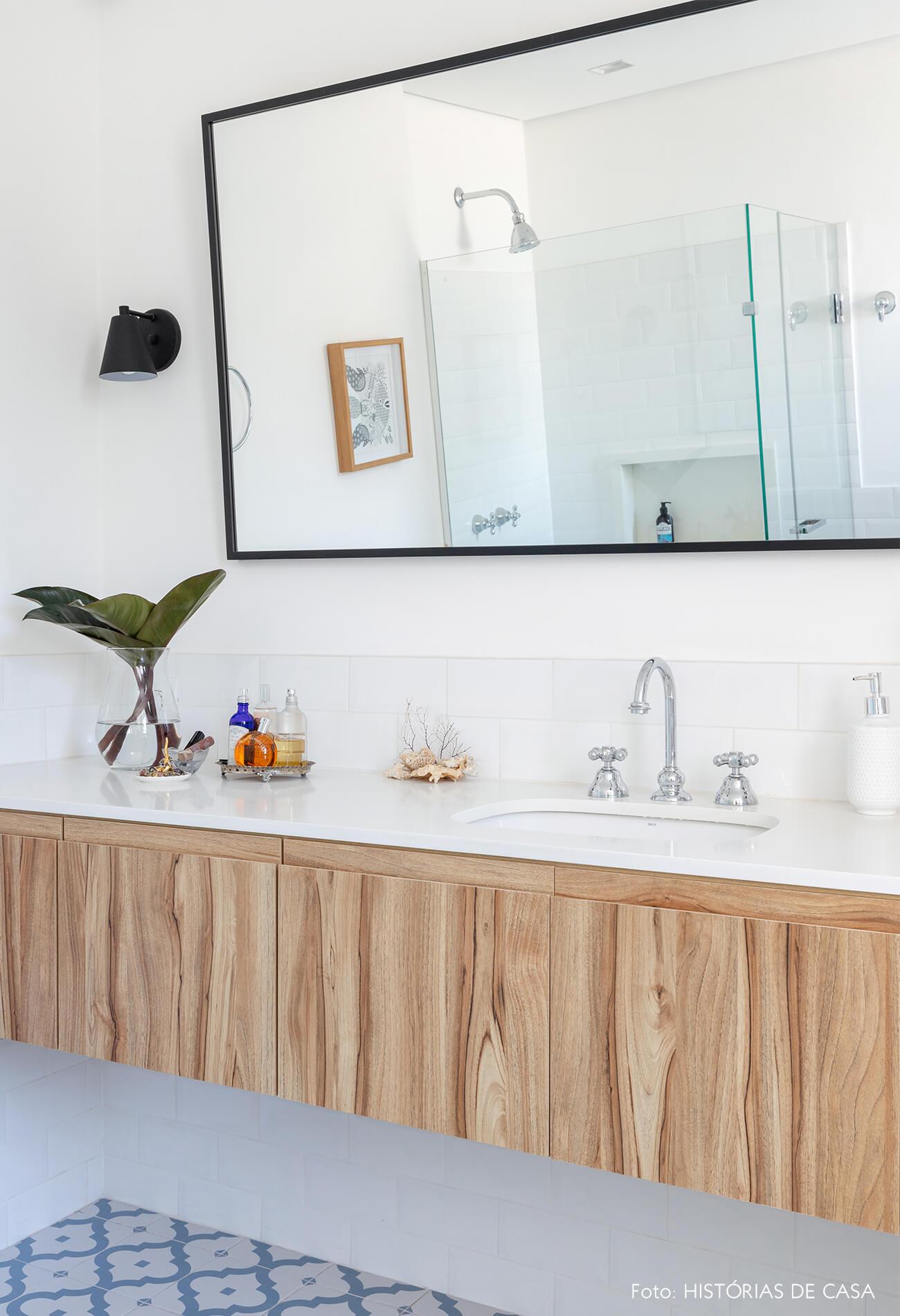 banheiro com espelho madeira e planta