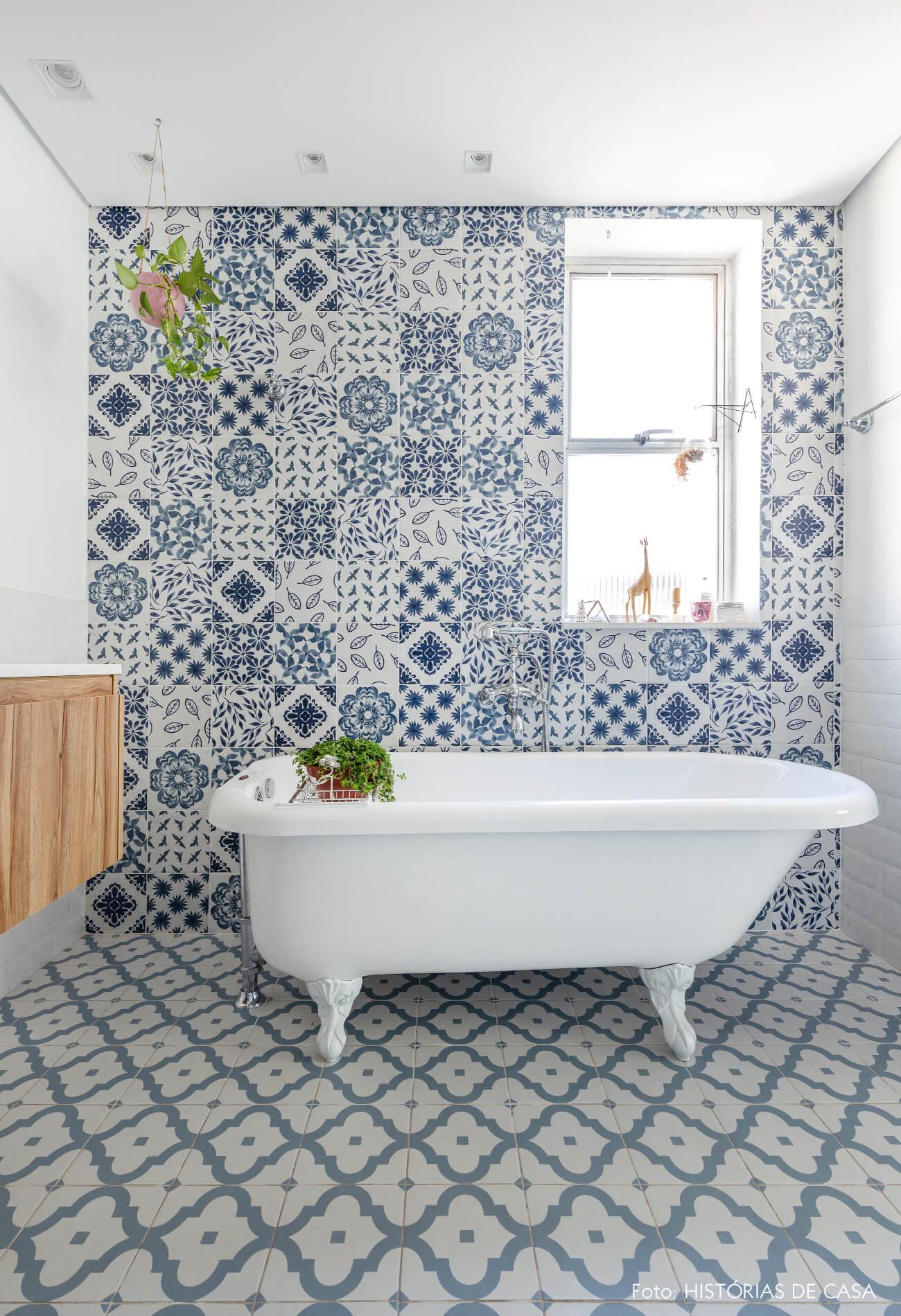 banheiro azulejo azul e branco e banheira