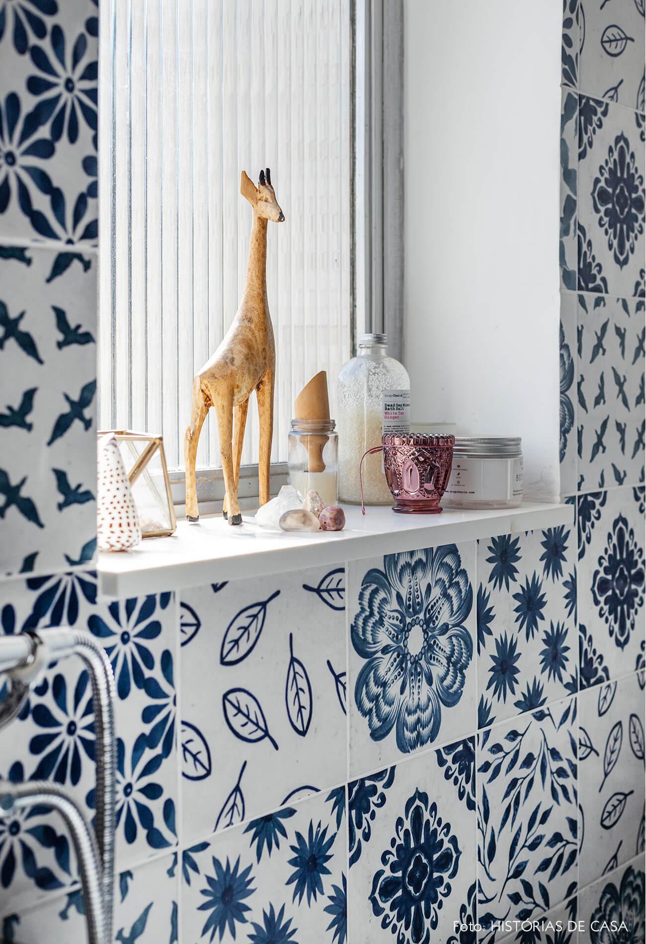 Detalhes azulejo azul e branco banheiro