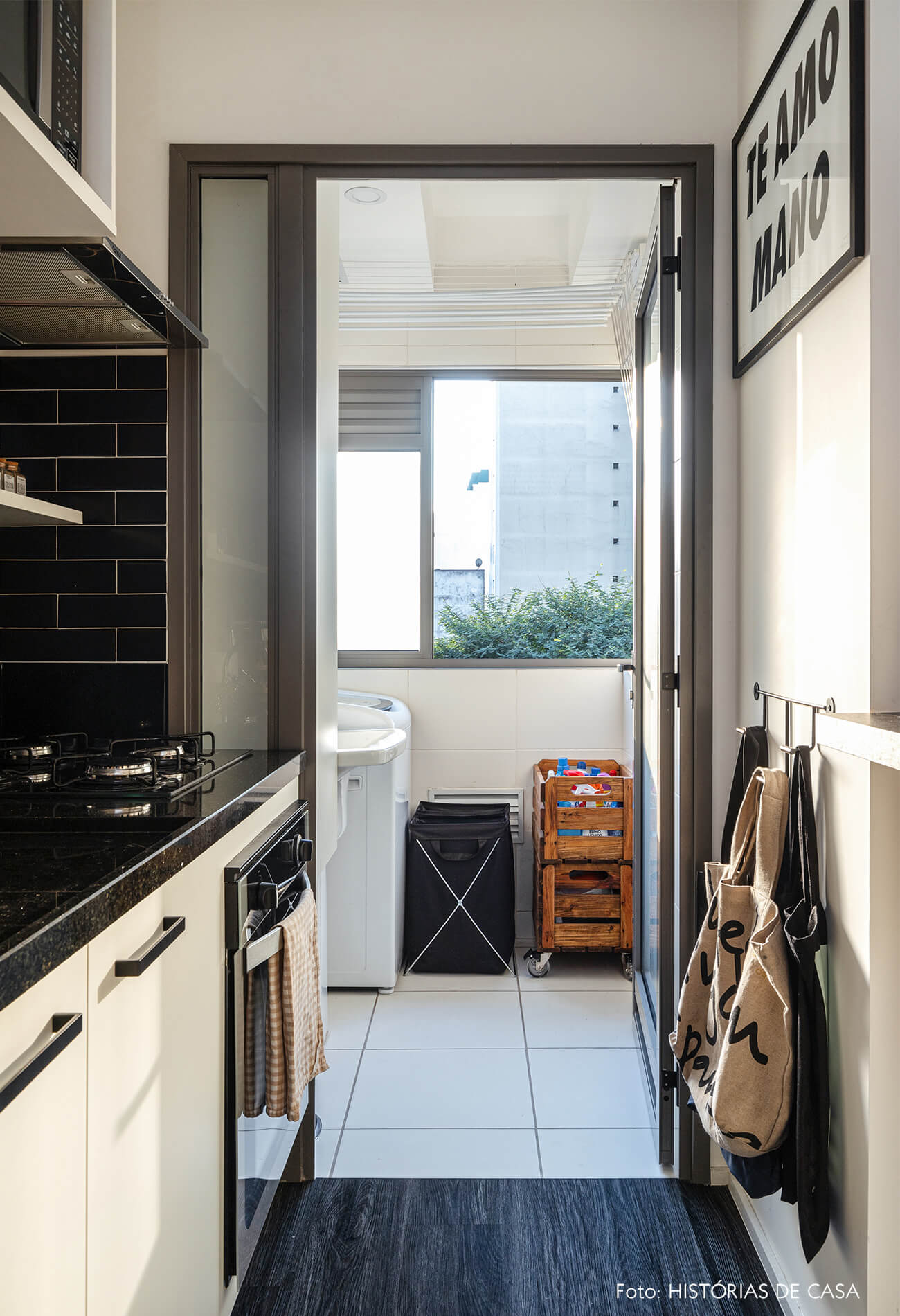 Cozinha e área de serviço com azulejos pretos