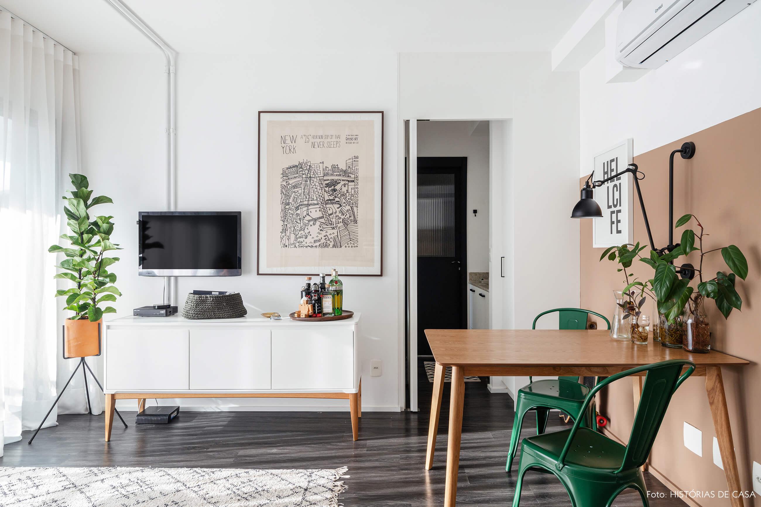 Sala com piso de madeira mesa de madeira e plantas