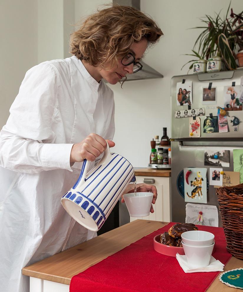 Retrato na cozinha chá mesa de madeira