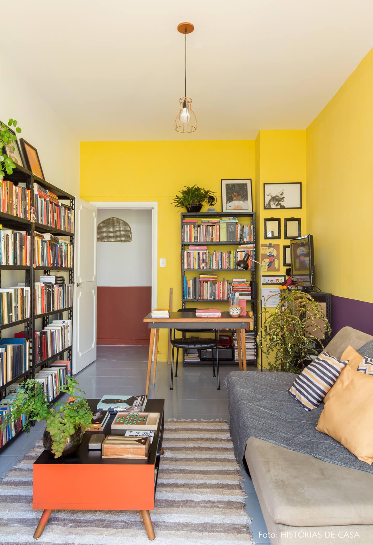 home-office-tapete-listrado-pareed-amarela-e-roxa-estante-preta-sofa-cinza-almofadas-estampadas