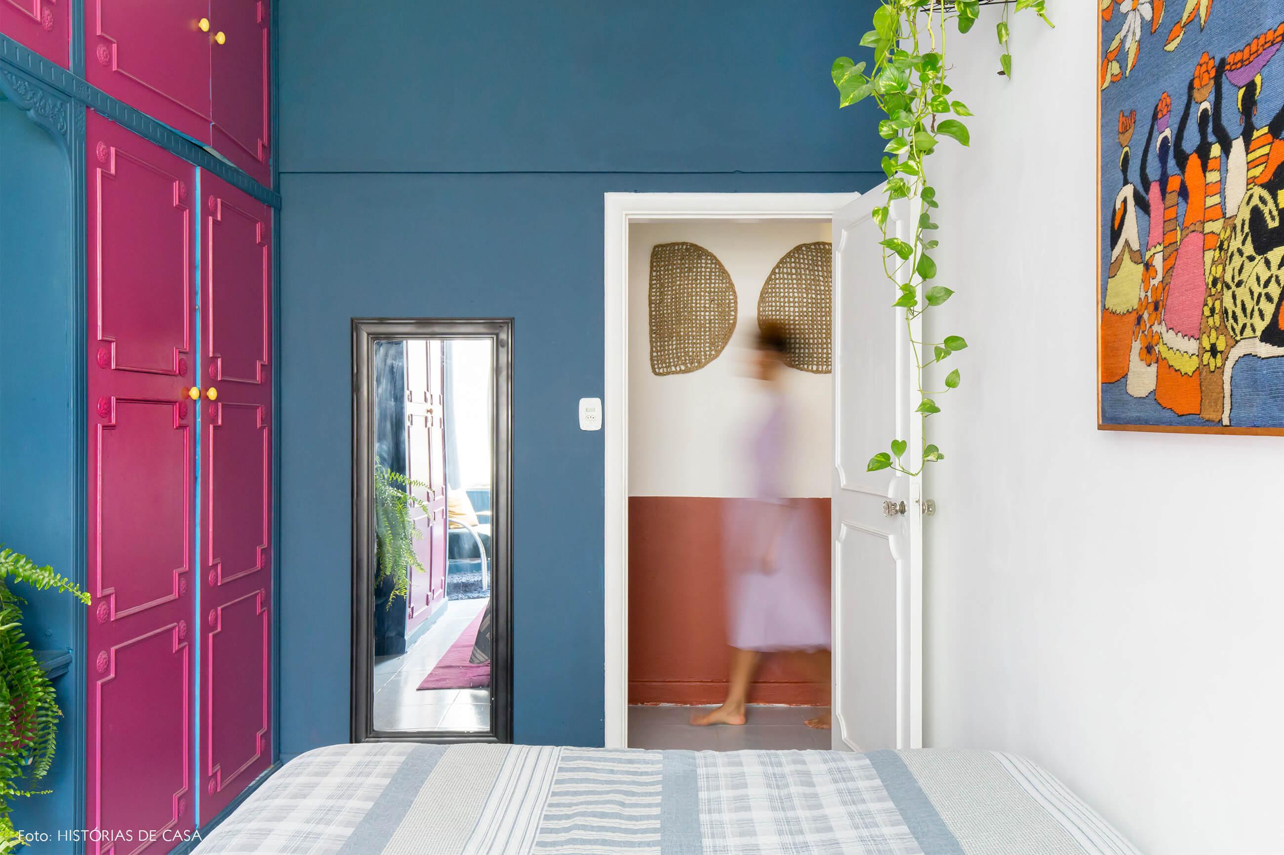 quarto-armarios-rosa-e-azul-plantas-espelho-moldura-preta-parede-branca-tapecaria-estampa