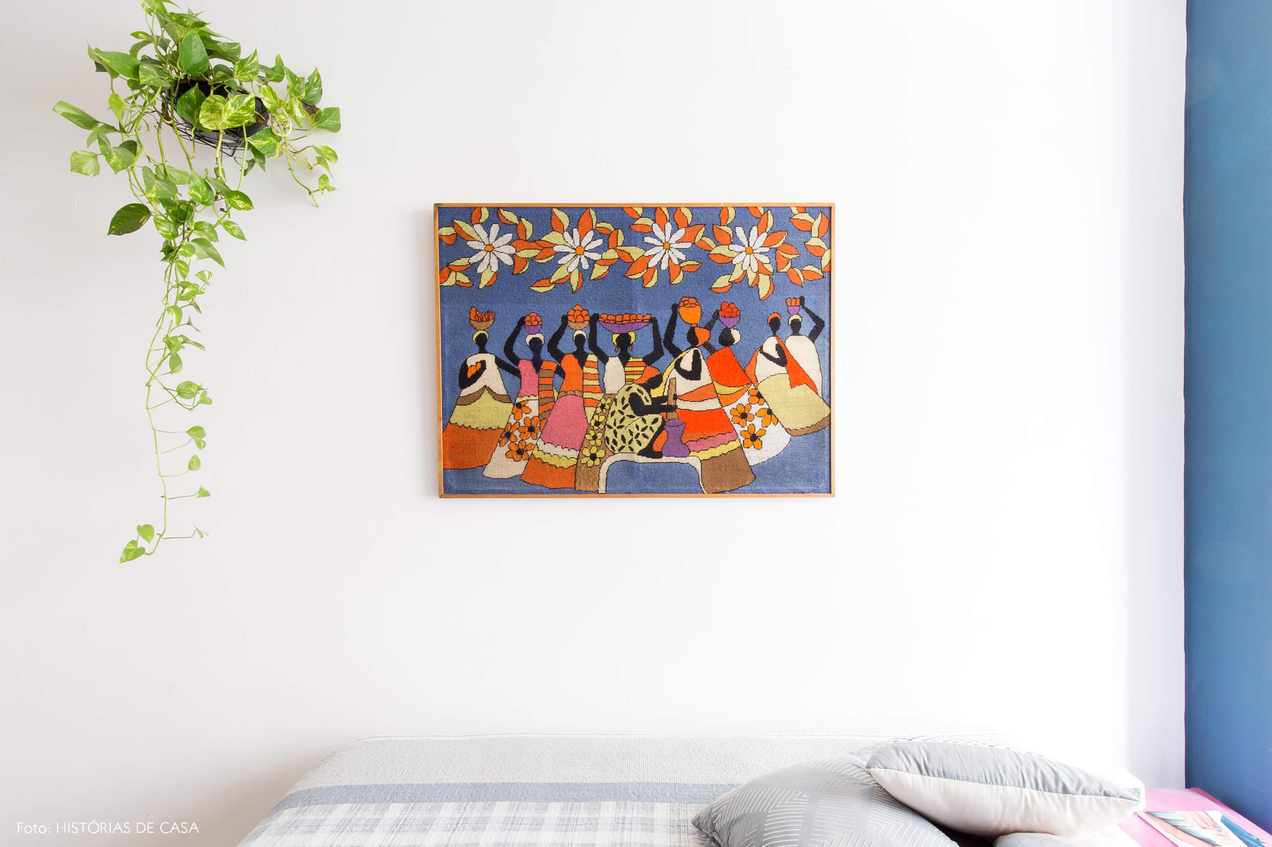 quarto-parede-branca-e-azul-planta-quadro-tapecaria-cama