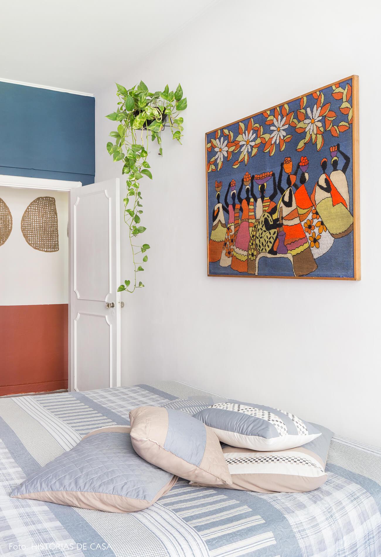quarto-parede-branca-cama-azul-planta-quadro-tapecaria