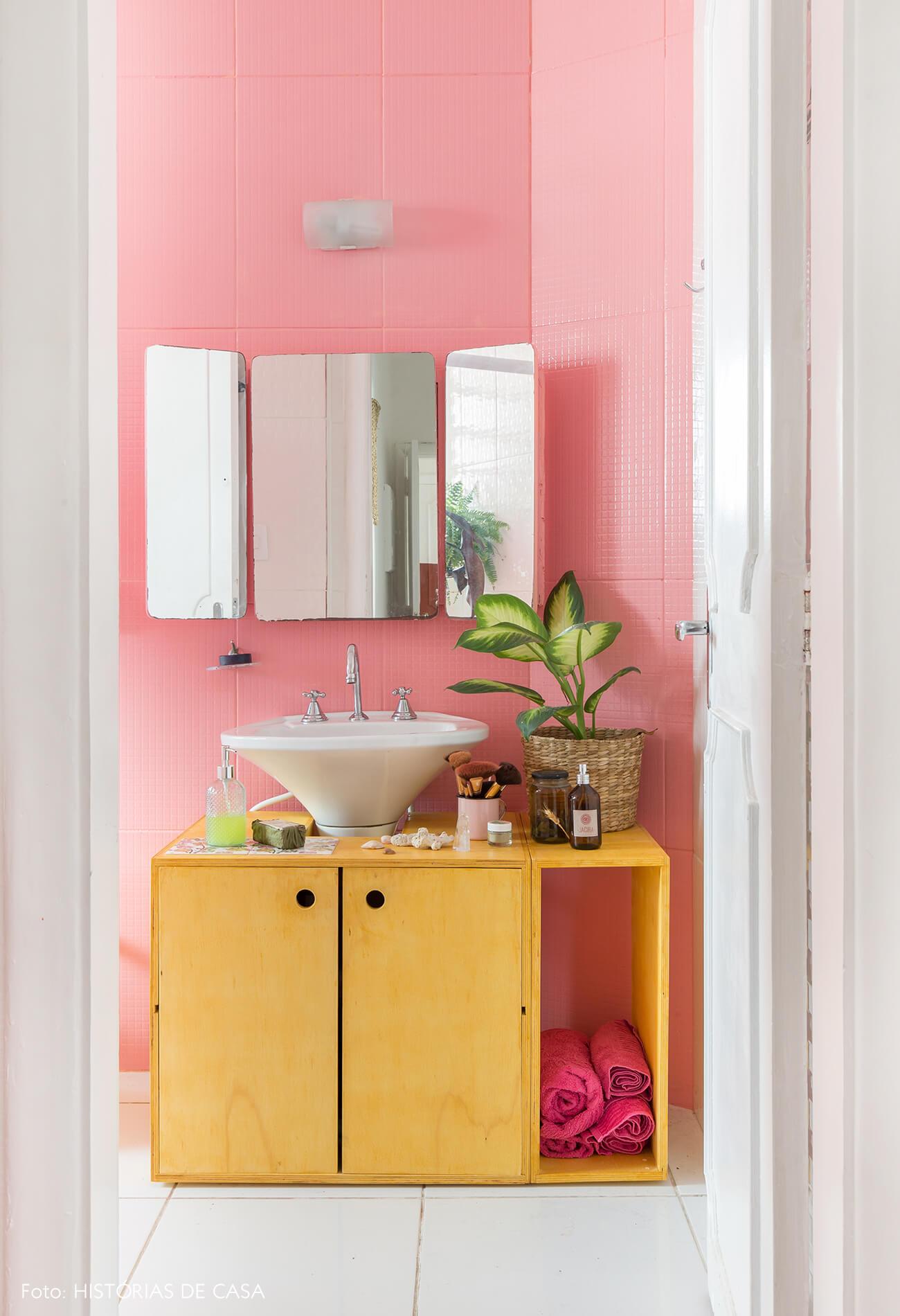 banheiro-armario-madeira-parede-ladrilhos-rosa-plantas