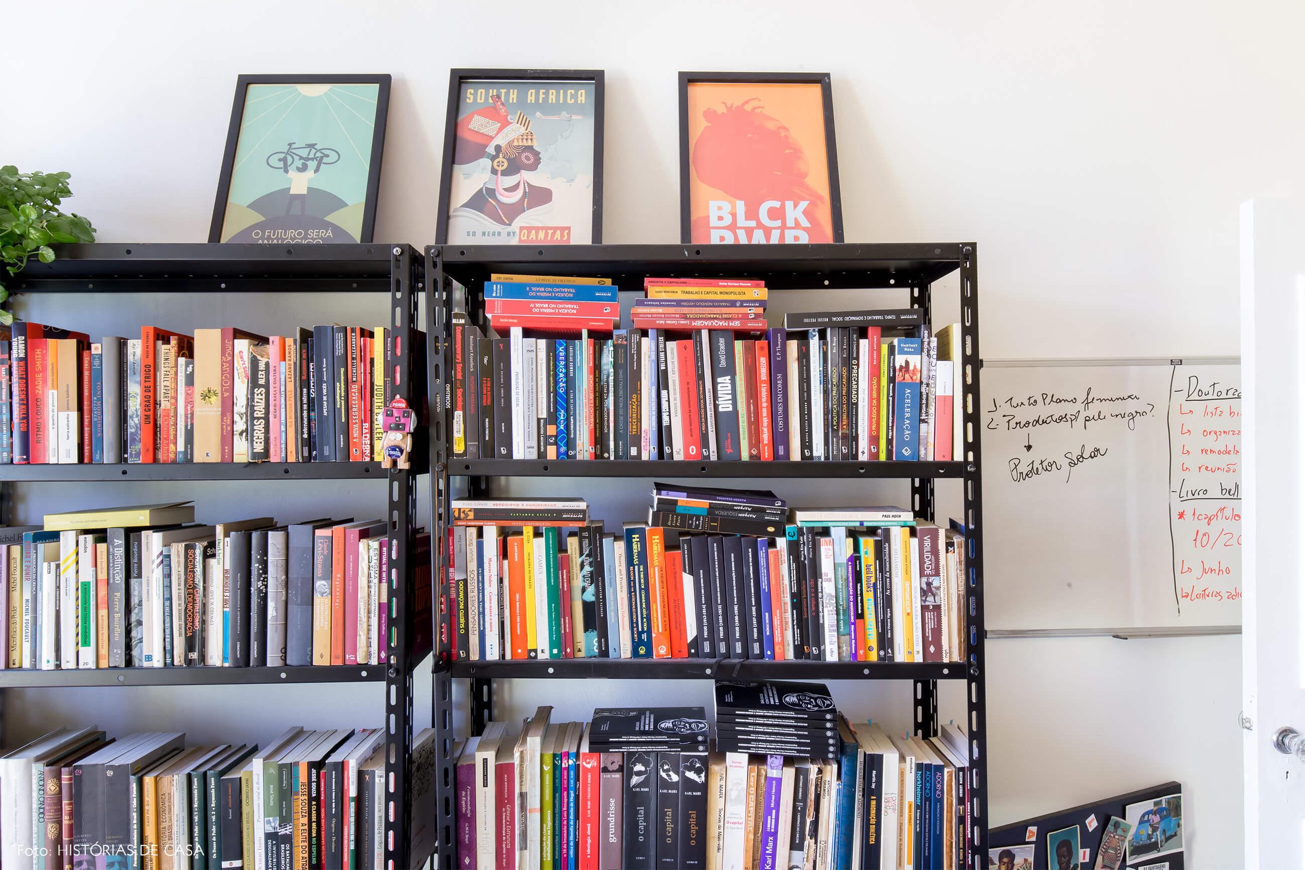 home-office-livros-estante-ferro-preta-parede-branca-plantas