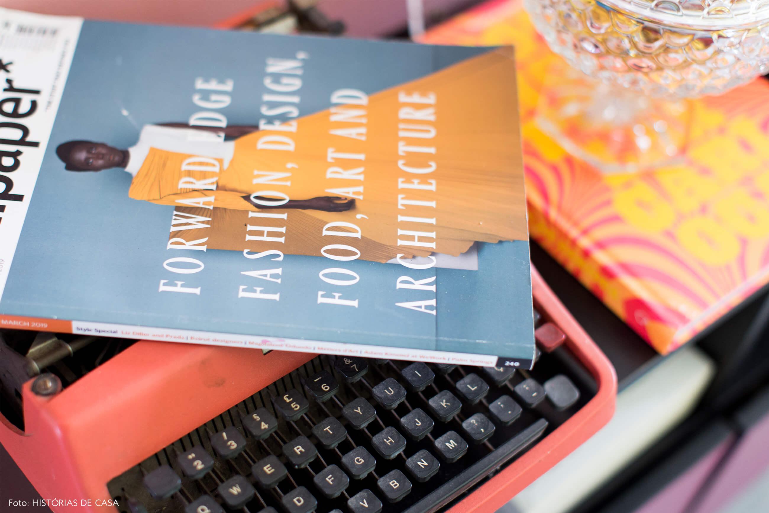 detalhe-maquina-de-escrever-laranja-revista