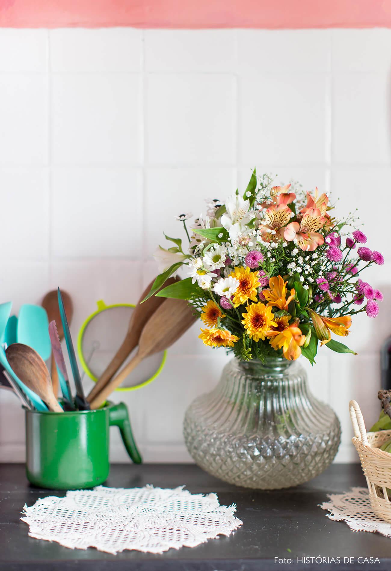 cozinha-mesa-preta-toalha-croche-xicara-agata-verde-azulejo-branco-parede-rosa