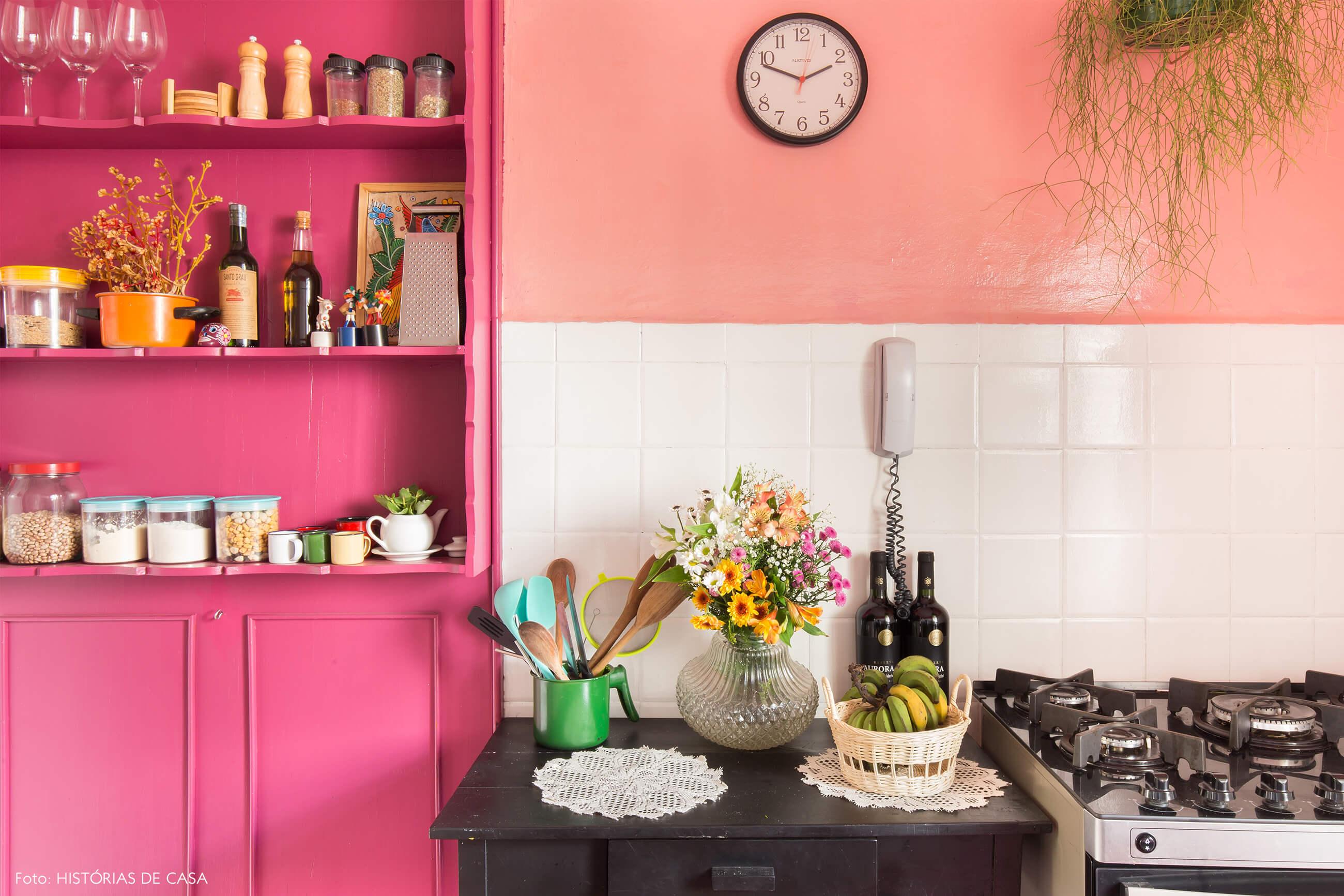 cozinha-parede-rosa-armario-rosa-azulejo-branco-mesa-preta