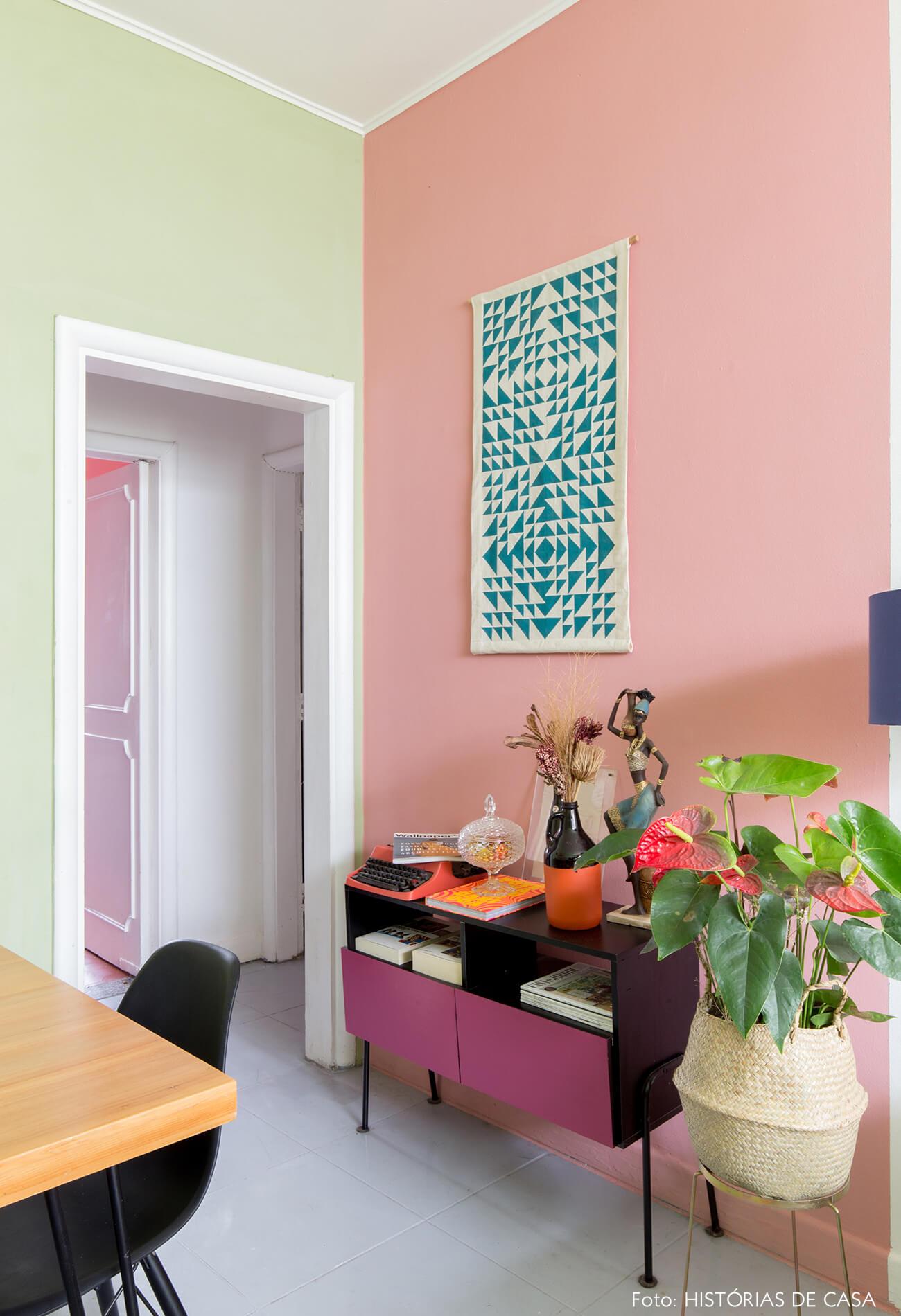 colorido-parede-verde-e-rosa-buffet-rosa-cesto-palha-arte-geometrica