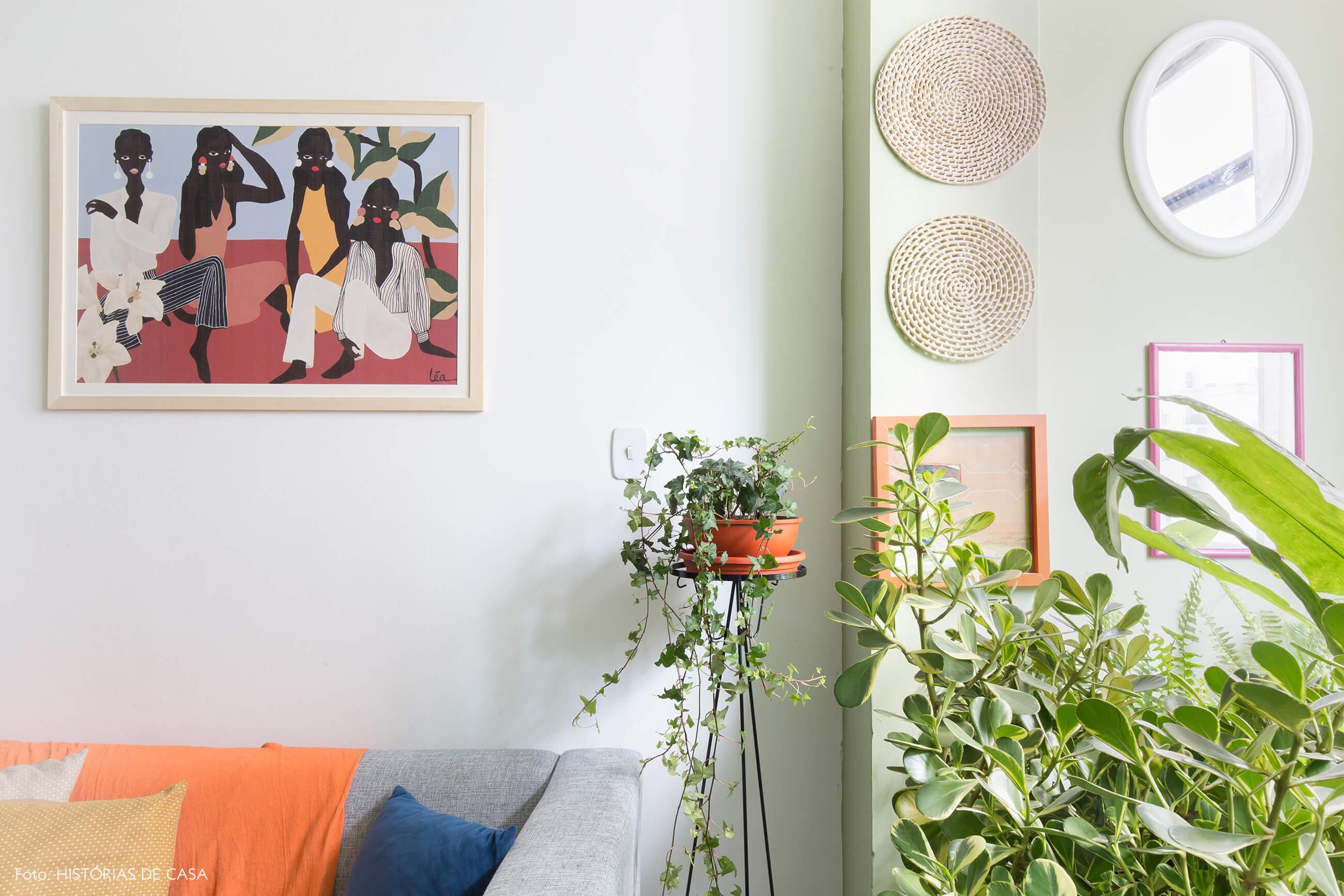 sala-quadro-pintura-parede-verde-sofa-cinza-almofadas-coloridas-plantas