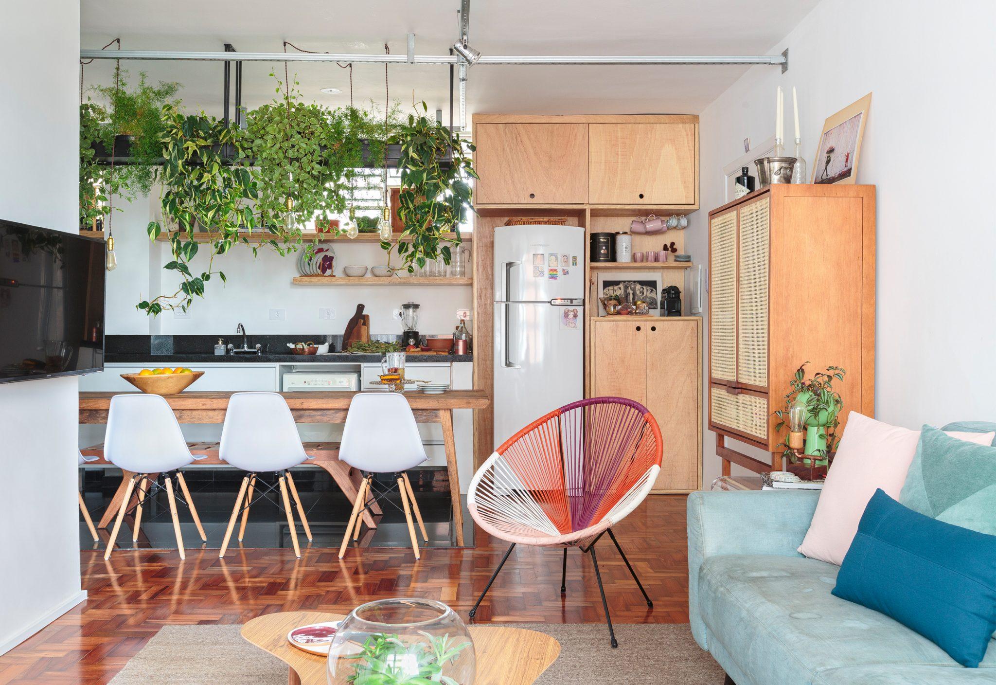 -lala-decoracao-ap-artigas-13-sala-cozinha-piso-taco-madeira-sofa-azul-mesa-centro-curva-madeira-calra-armario-palhinha-mesa-banco-madeira-cadeira-eames-branca-cadeira-acapulco-colorida-plantas-suspensas