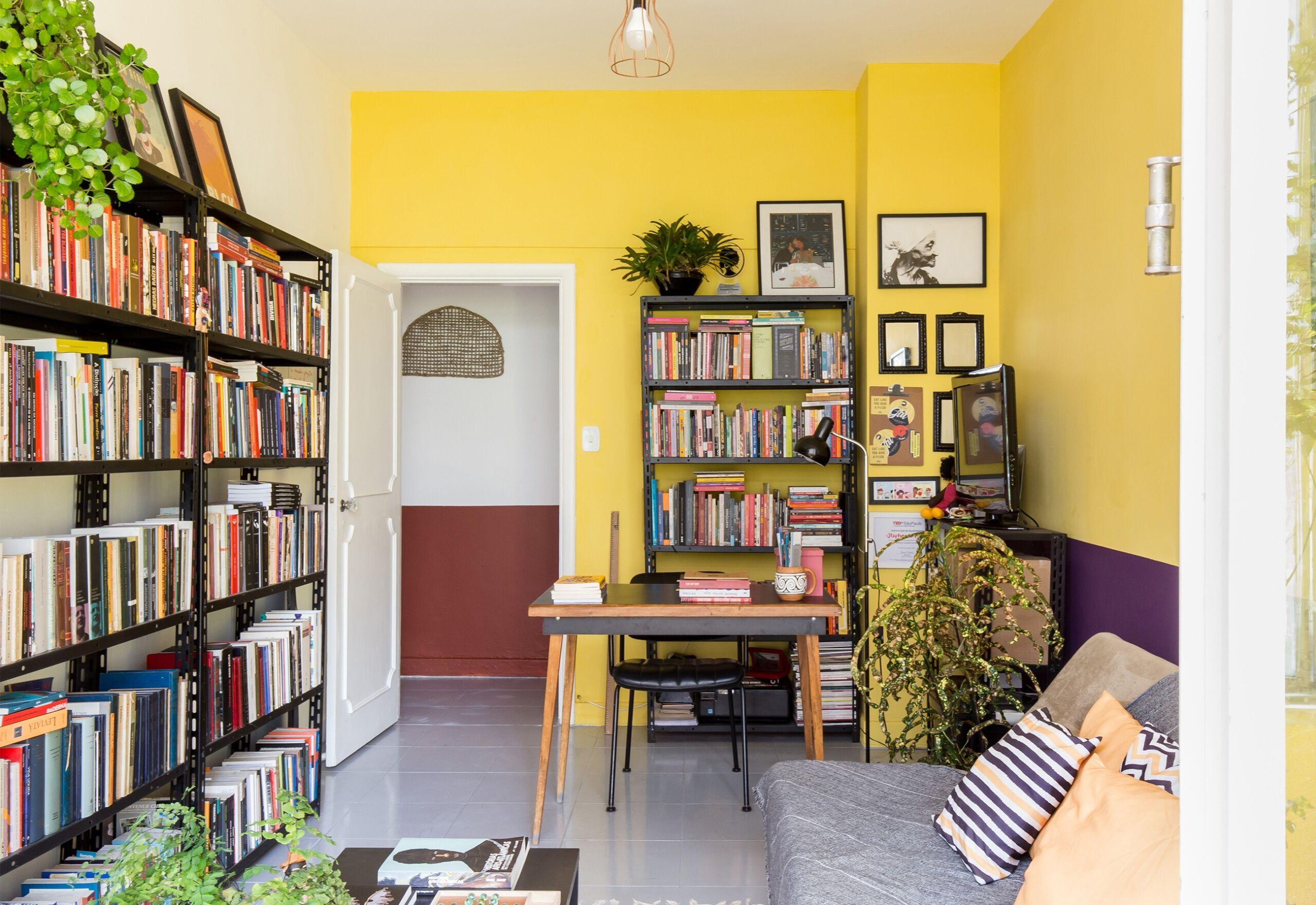 home-office-parede-amarela-e-roxa-corredor-parede-vermelha-sofa-cinza-plantas