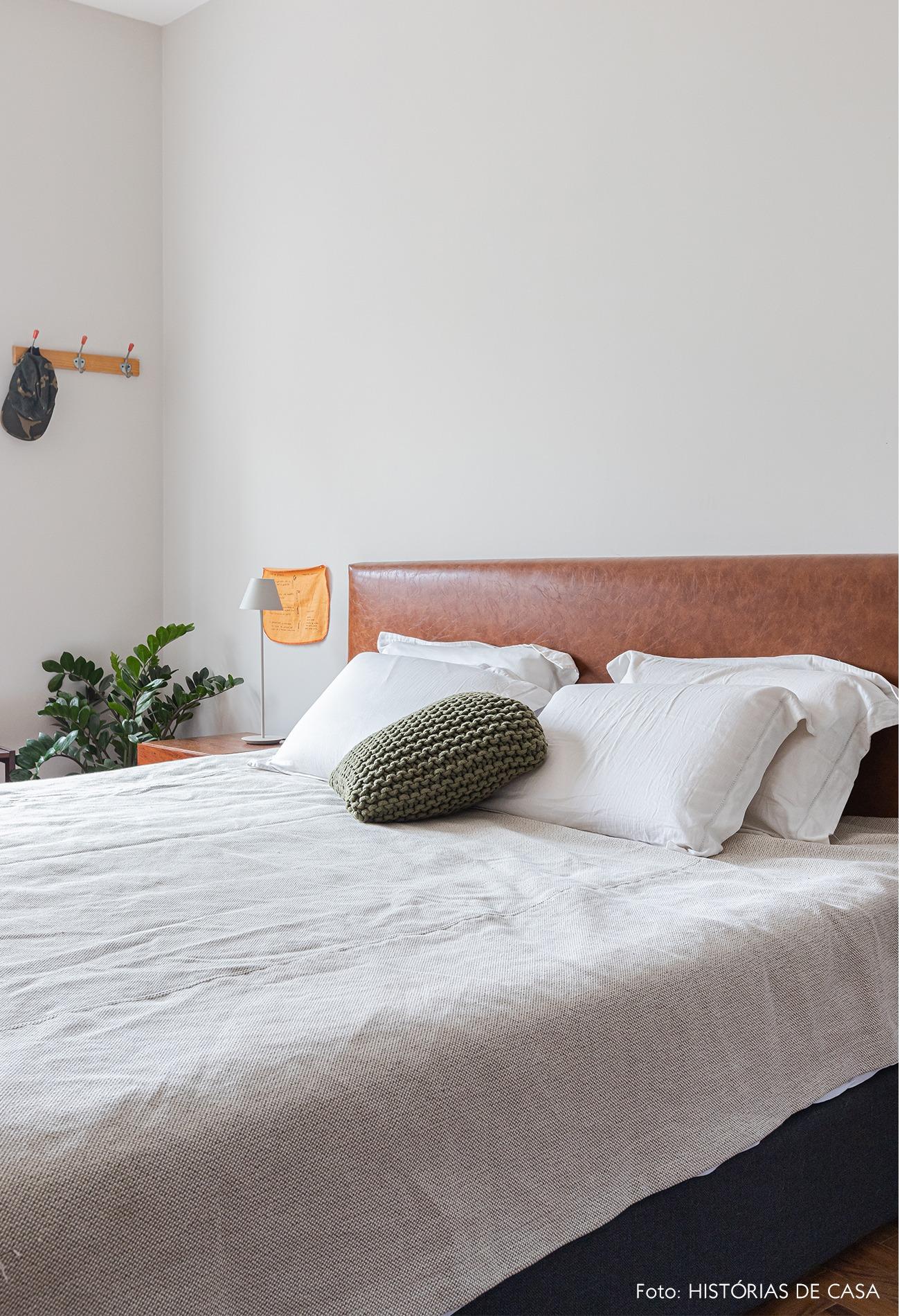 quarto-cama-parede-branca