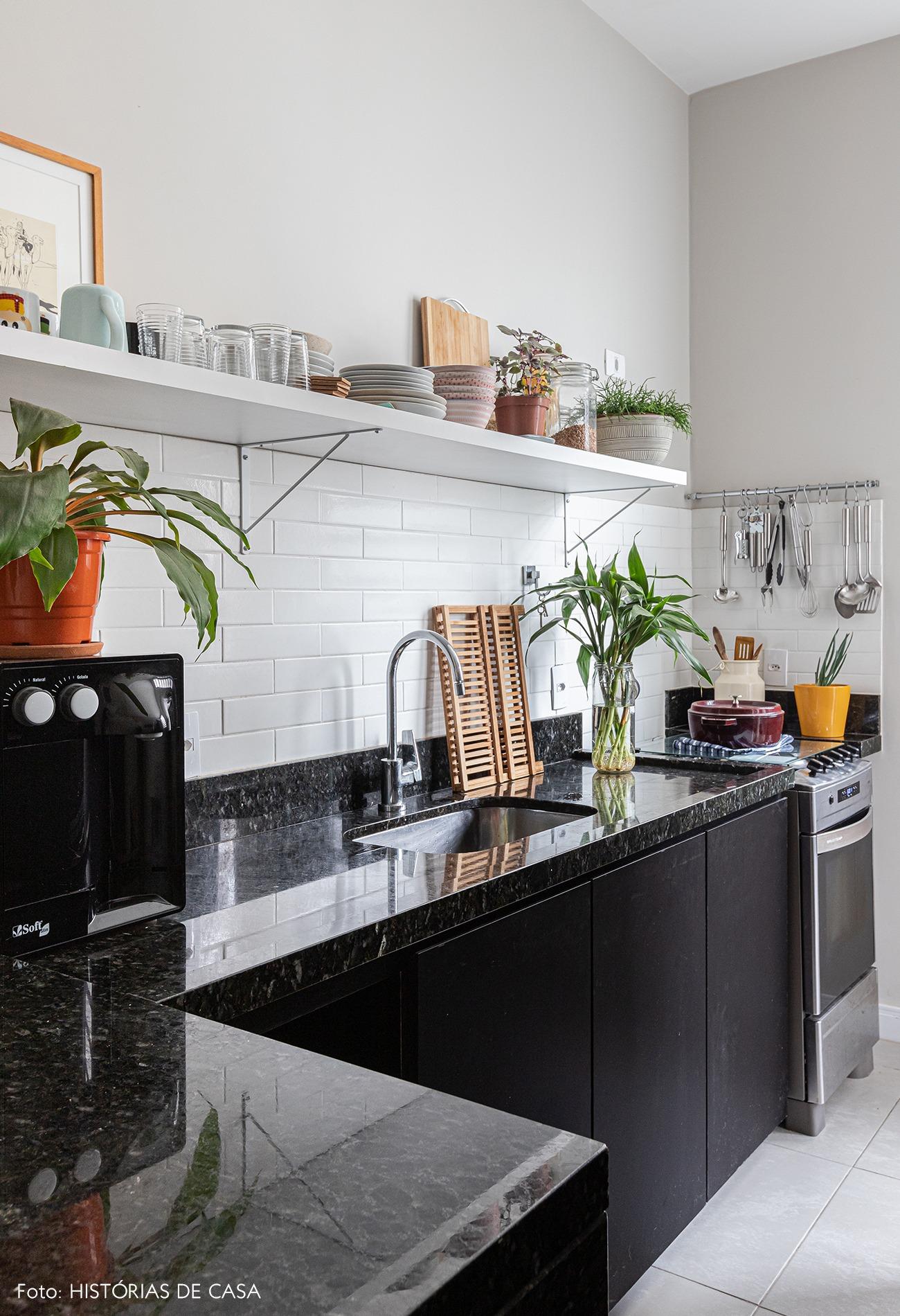 cozinha-moveis-pretos-chao-parede-branca