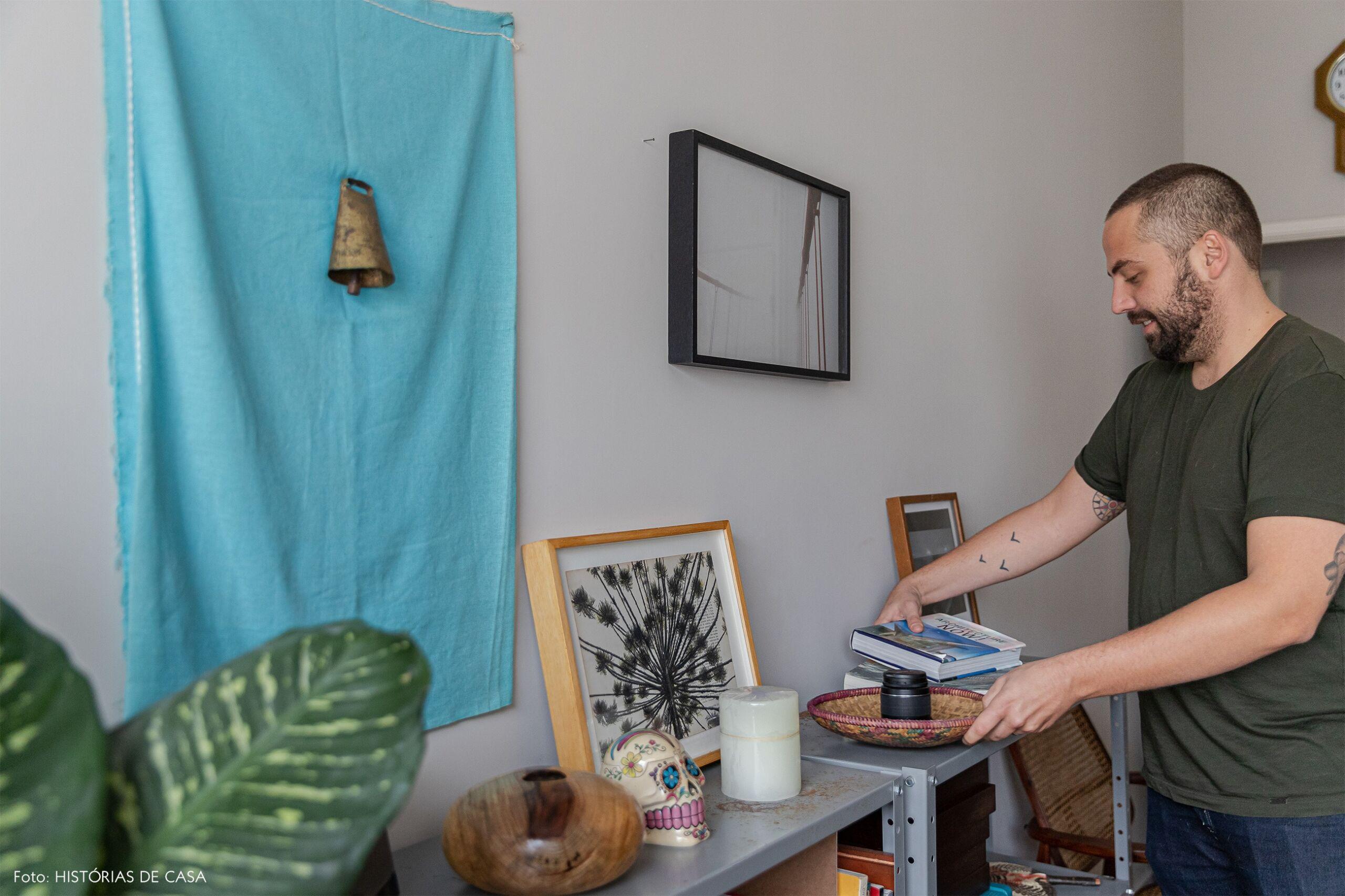 retrato-home-office-prateleira-cinza