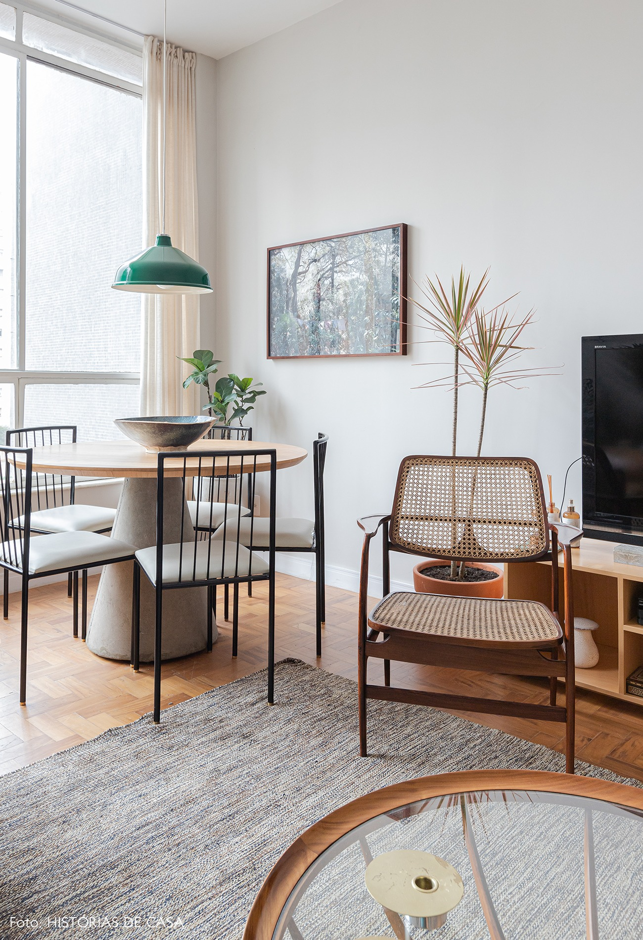 sala-mesa-jantar-concreto-cadeiras-tapete-cinza-mesa-vidro-redonda