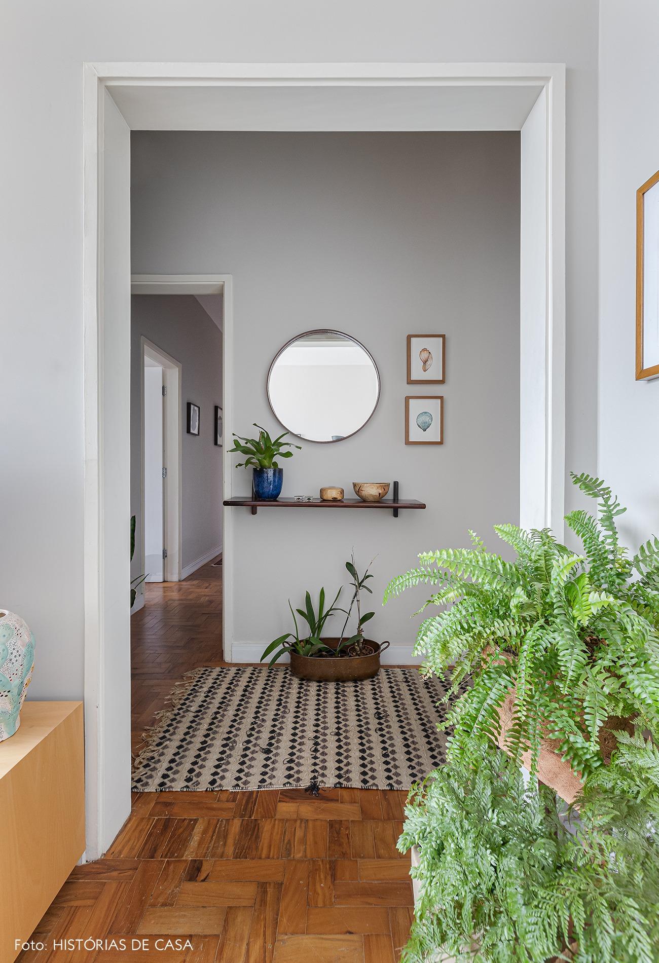 corredor-hall-vasos-plantas-espelho-redondo