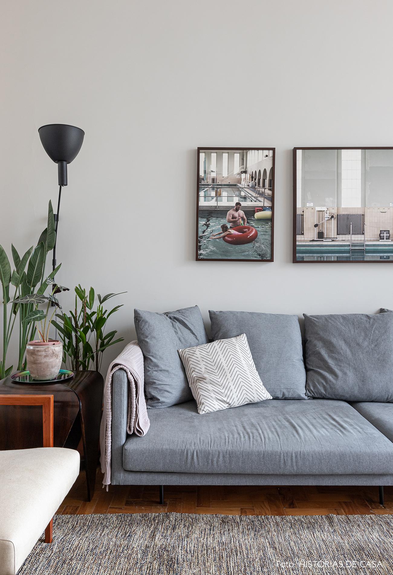 sala-sofa-cinza-tapete-cinza-poltrona-branca-quadros-fotografia
