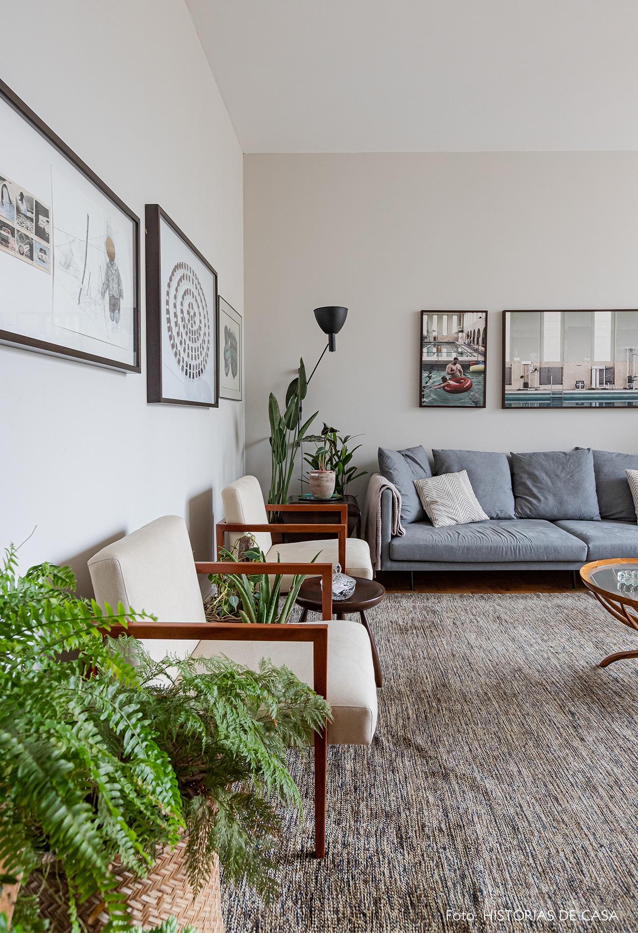 sala-tapete-sofa-cinza-cesto-planta-poltronas-brancas