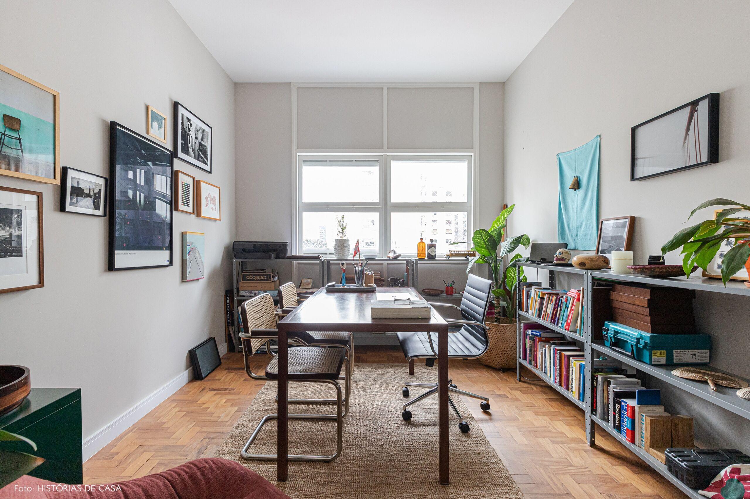 home-office-mesa-cadeira-madeira-prateleira-cinza