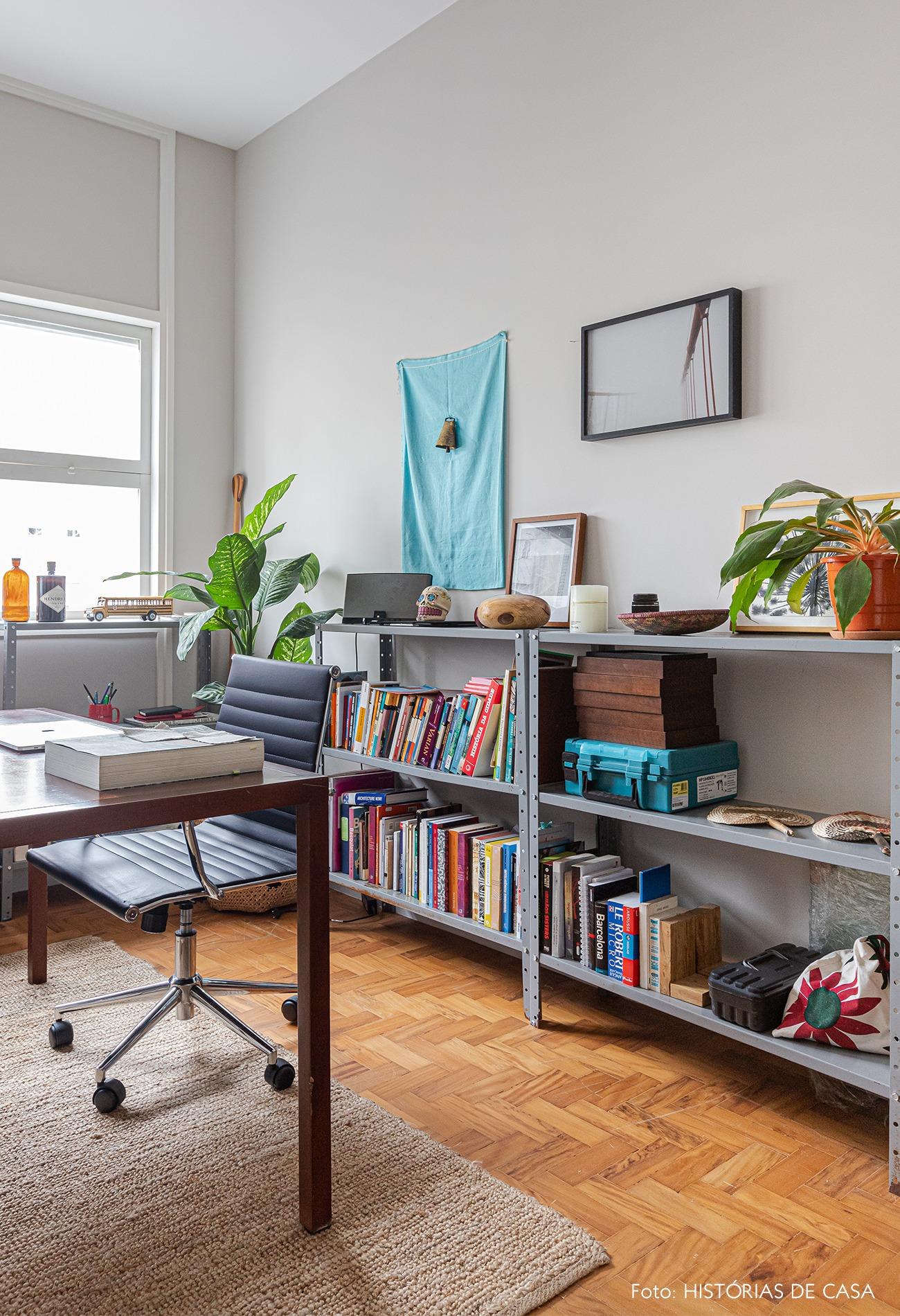 home-office-mesa-madeira-plantas