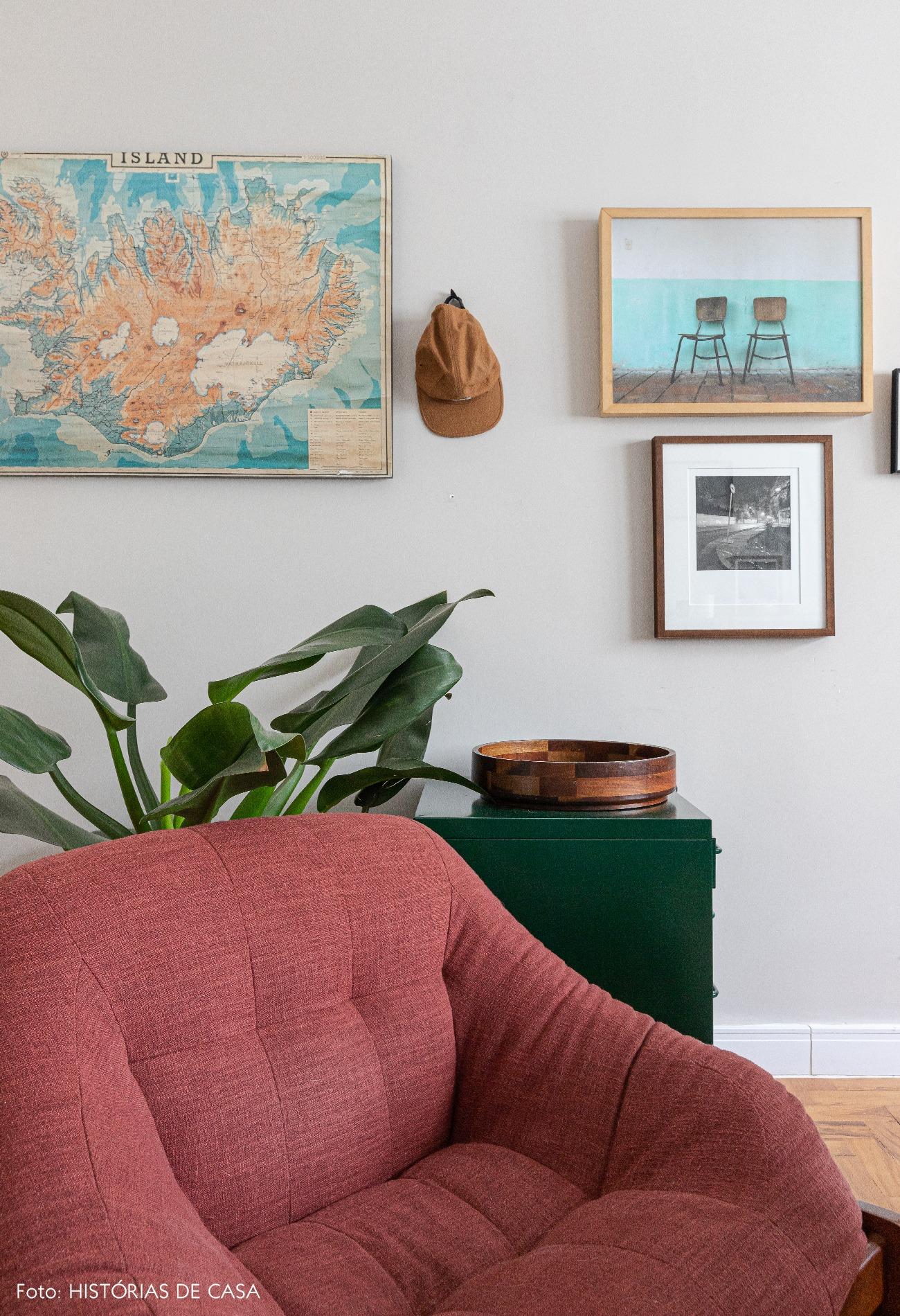 detalhe-home-office-poltrona-vermelha-planta-quadros