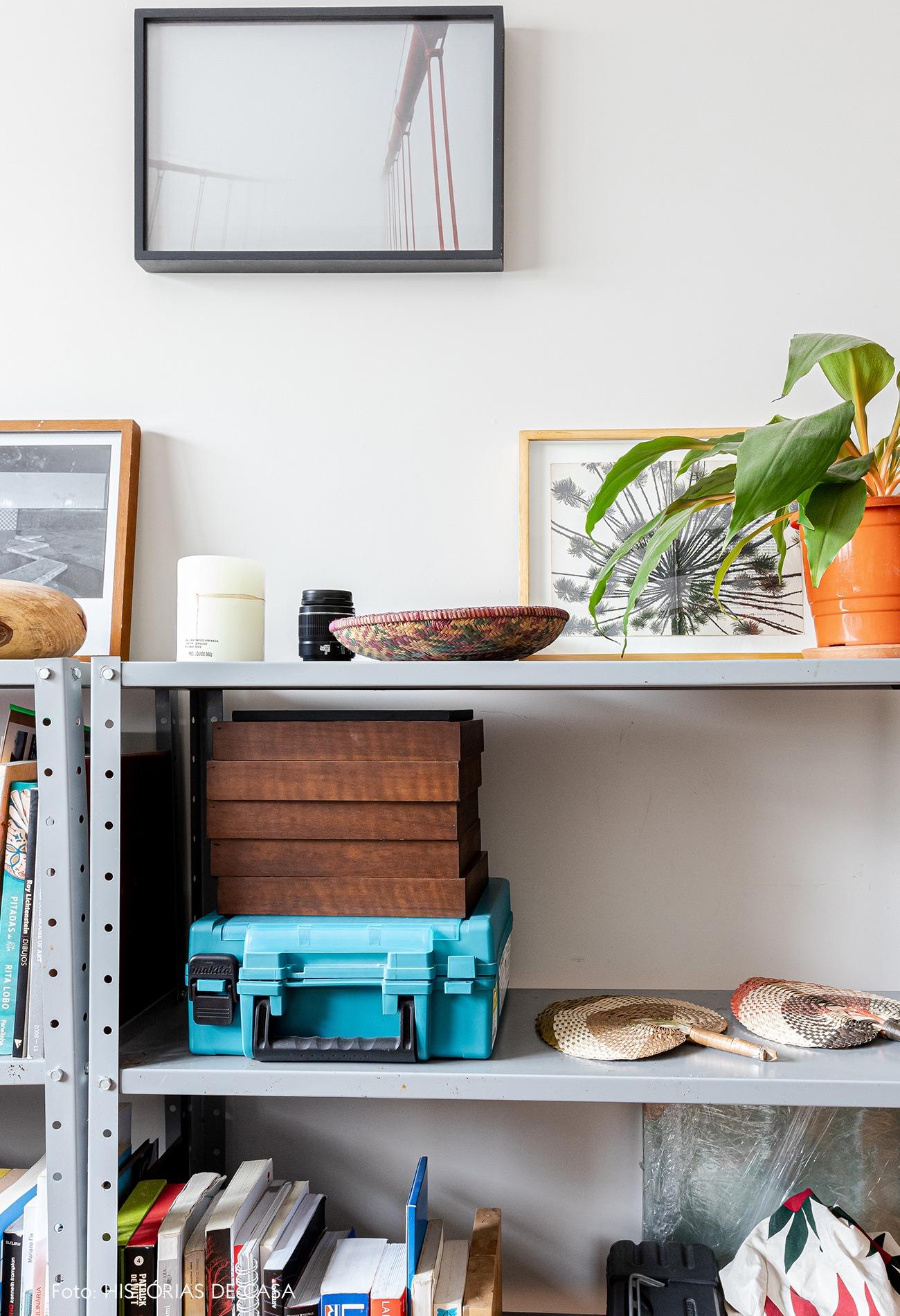 home-office-prateleira-cinza-planta-vaso-laranja